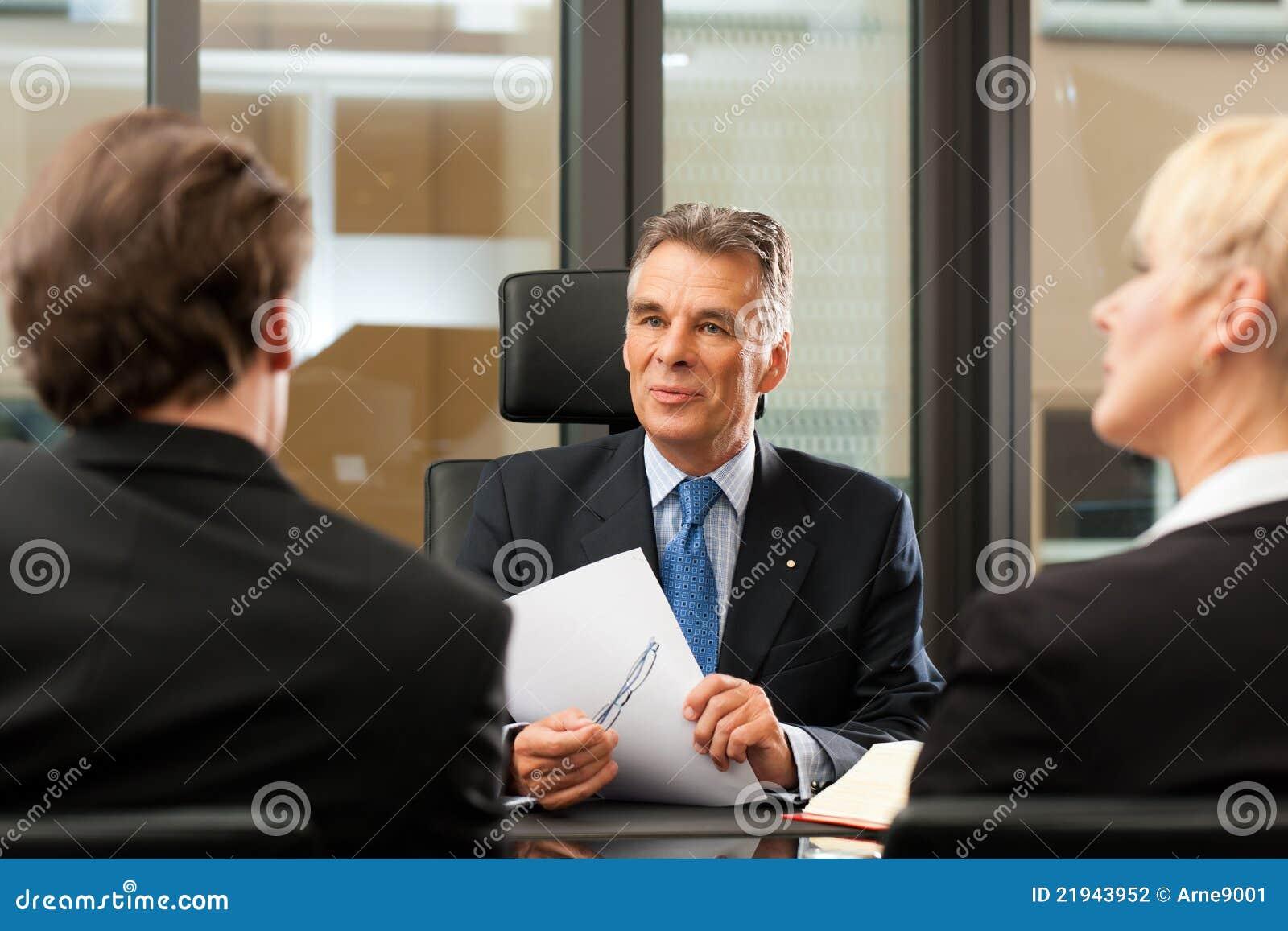Advogado ou notário com os clientes em seu escritório
