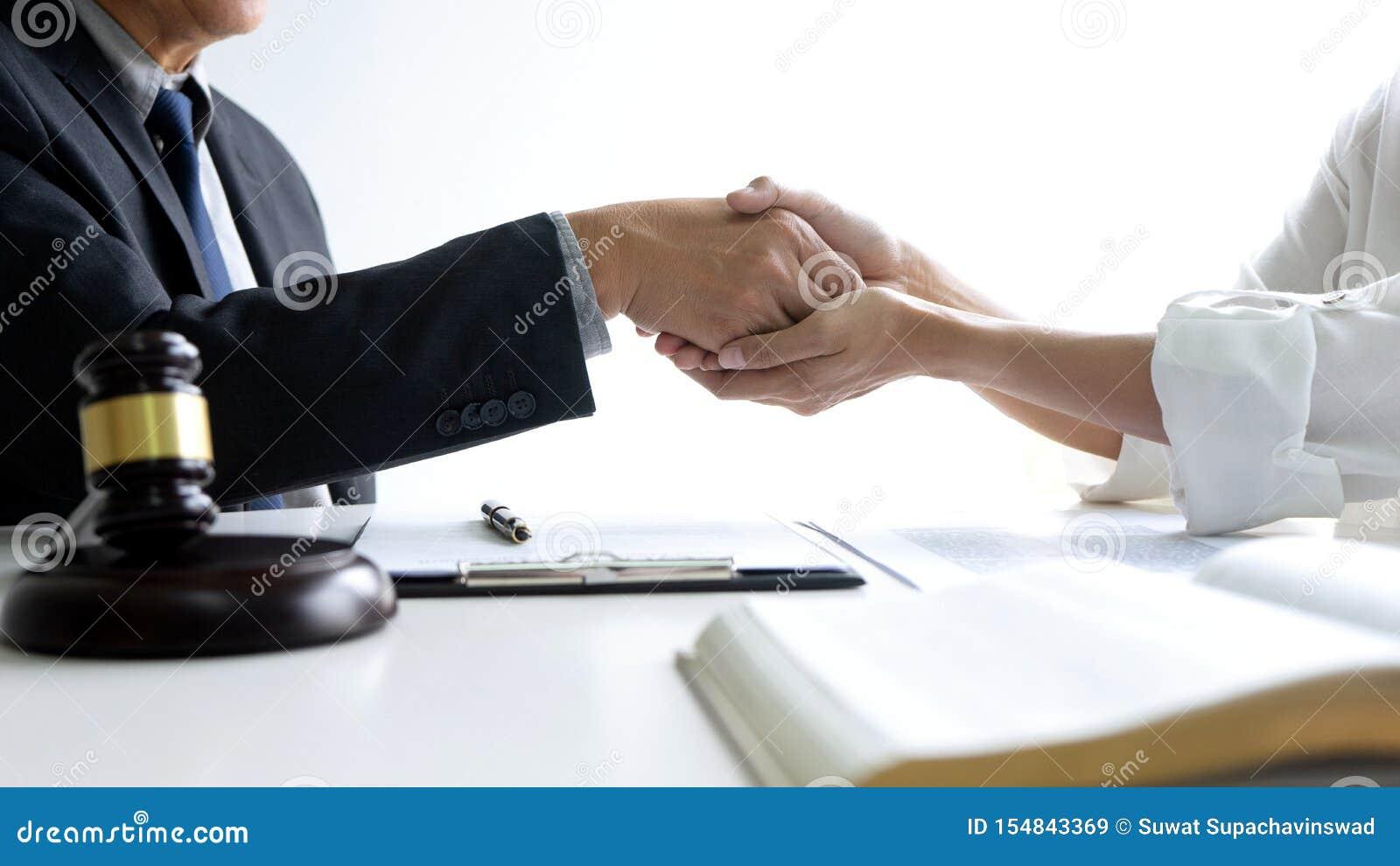 Advokat eller domare med auktionsklubban och jämviktshandskakningen