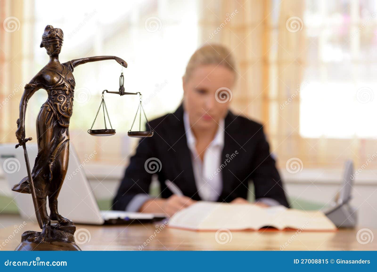 Advokat i kontoret