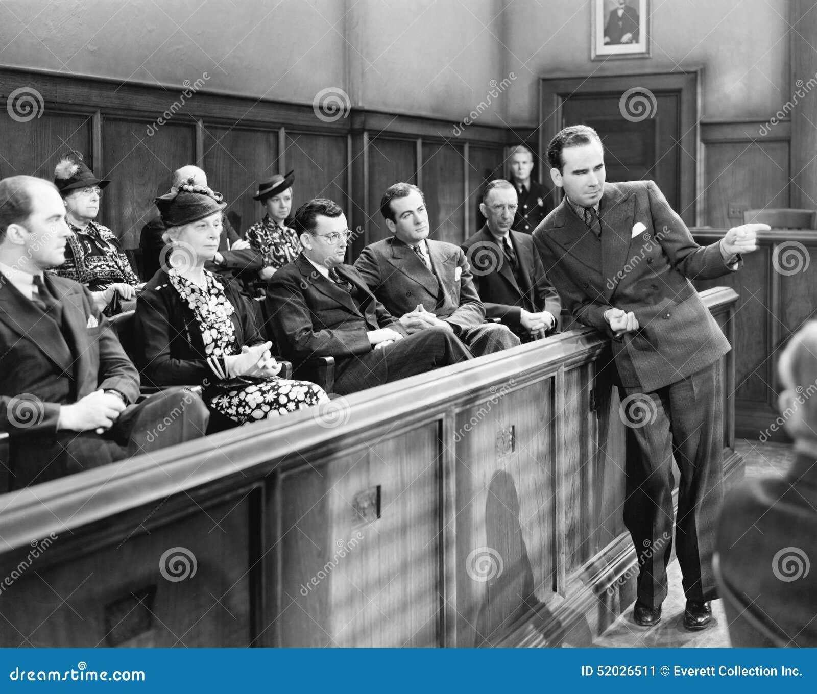 Advokat som talar till juryn (alla visade personer inte är längre uppehälle, och inget gods finns Leverantörgarantier att det ska