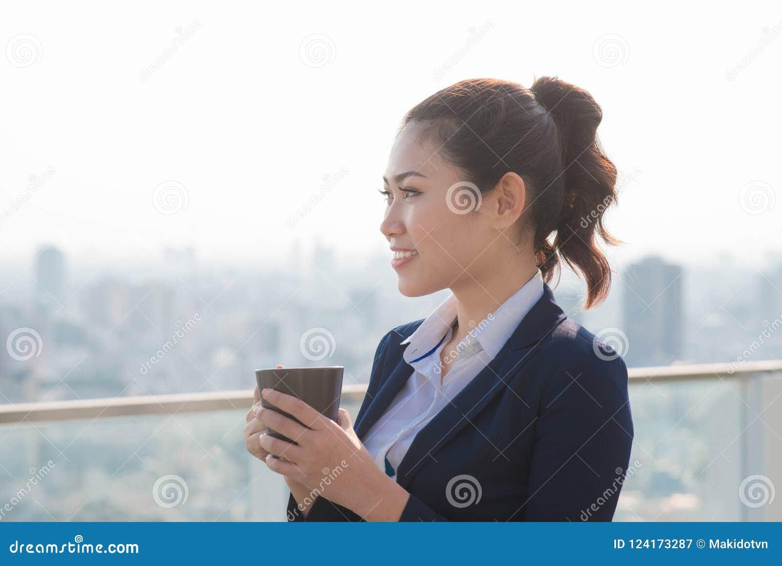 Advokataffärskvinnaprofessionell som går dricka utomhus coff