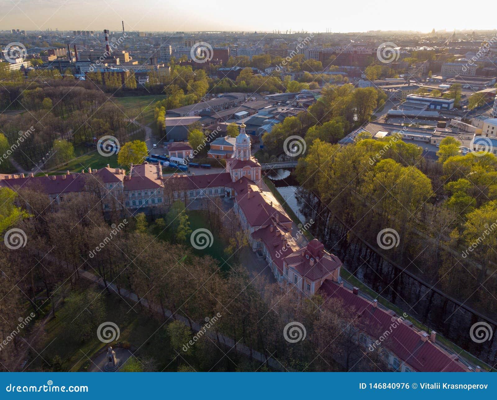 Aeral widok ?wi?ta tr?jca Aleksander Nevsky Lavra Architektoniczny kompleks z Ortodoksalnym monasterem, neoklasyczna katedra