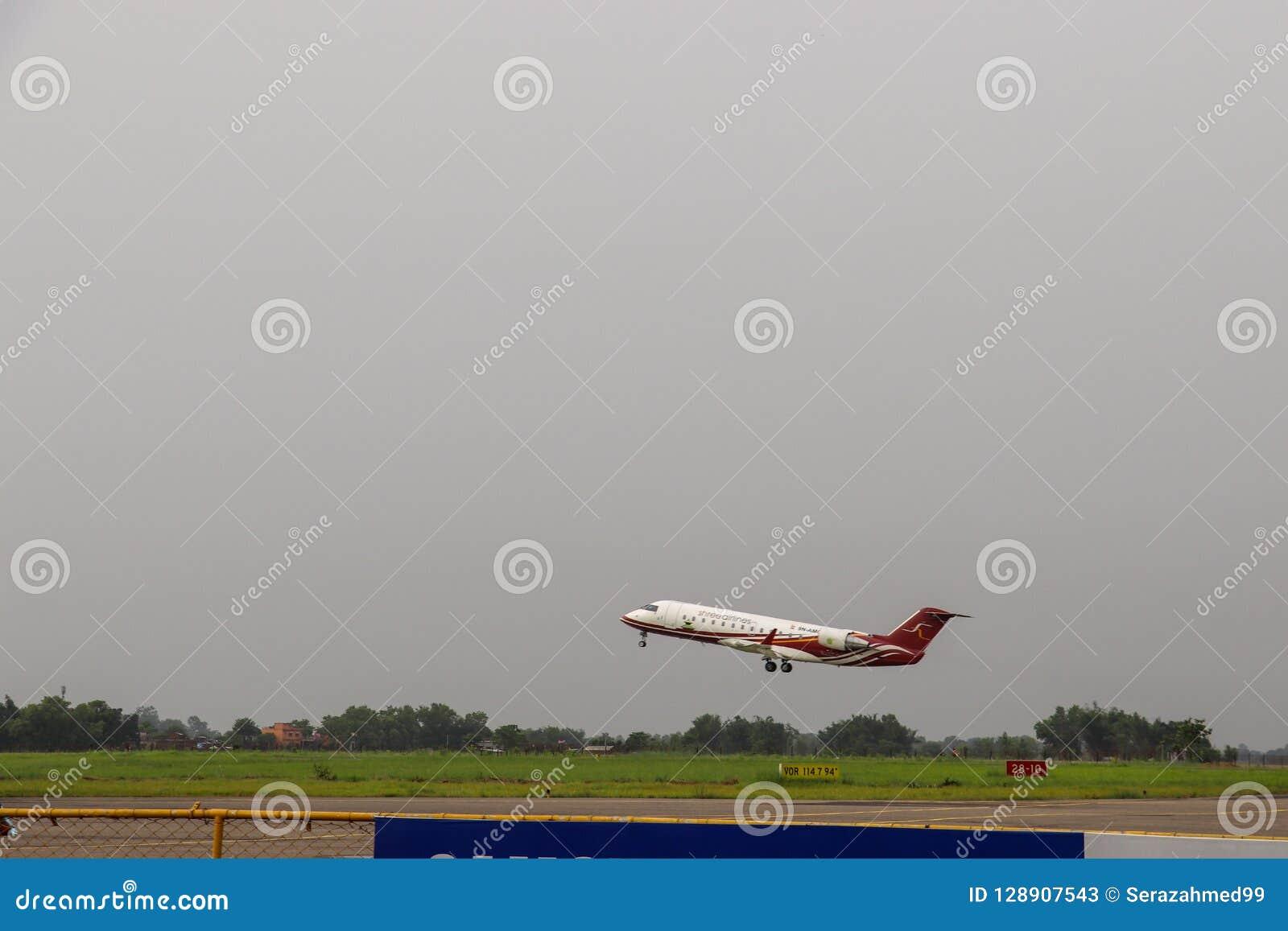 Aerei del bombardiere CRJ200ER di Shree Arirlines che decollano da Gautam Buddha Airport