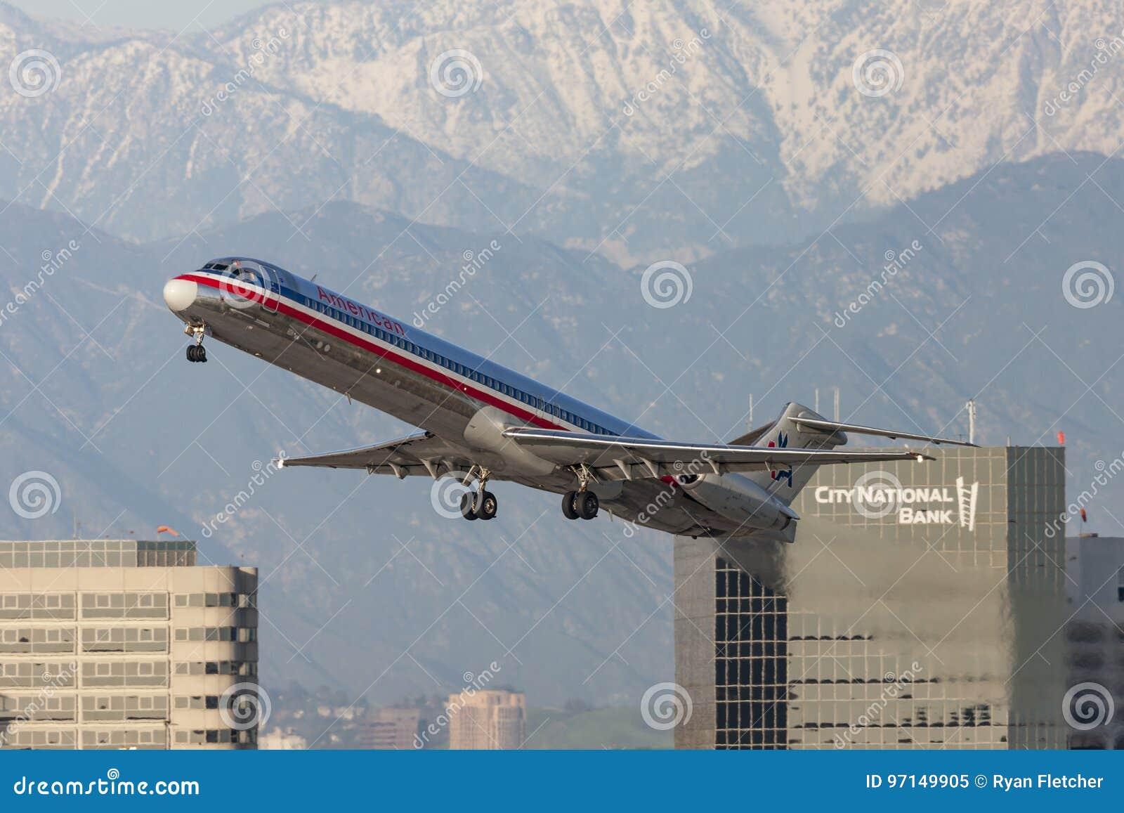 Aerei di American Airlines McDonnell Douglas MD-82 che decollano dall aeroporto internazionale di Los Angeles