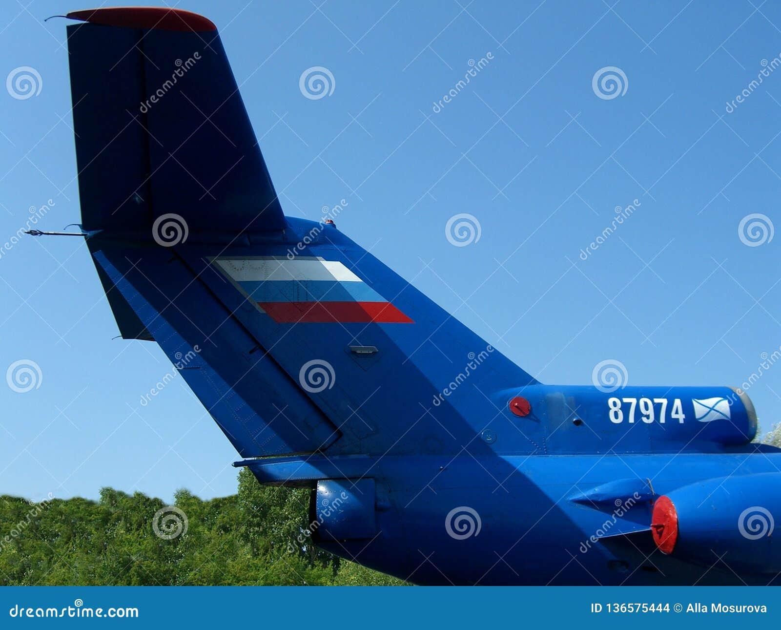 Aerei russi postali del carico della grande coda blu sui precedenti del cielo