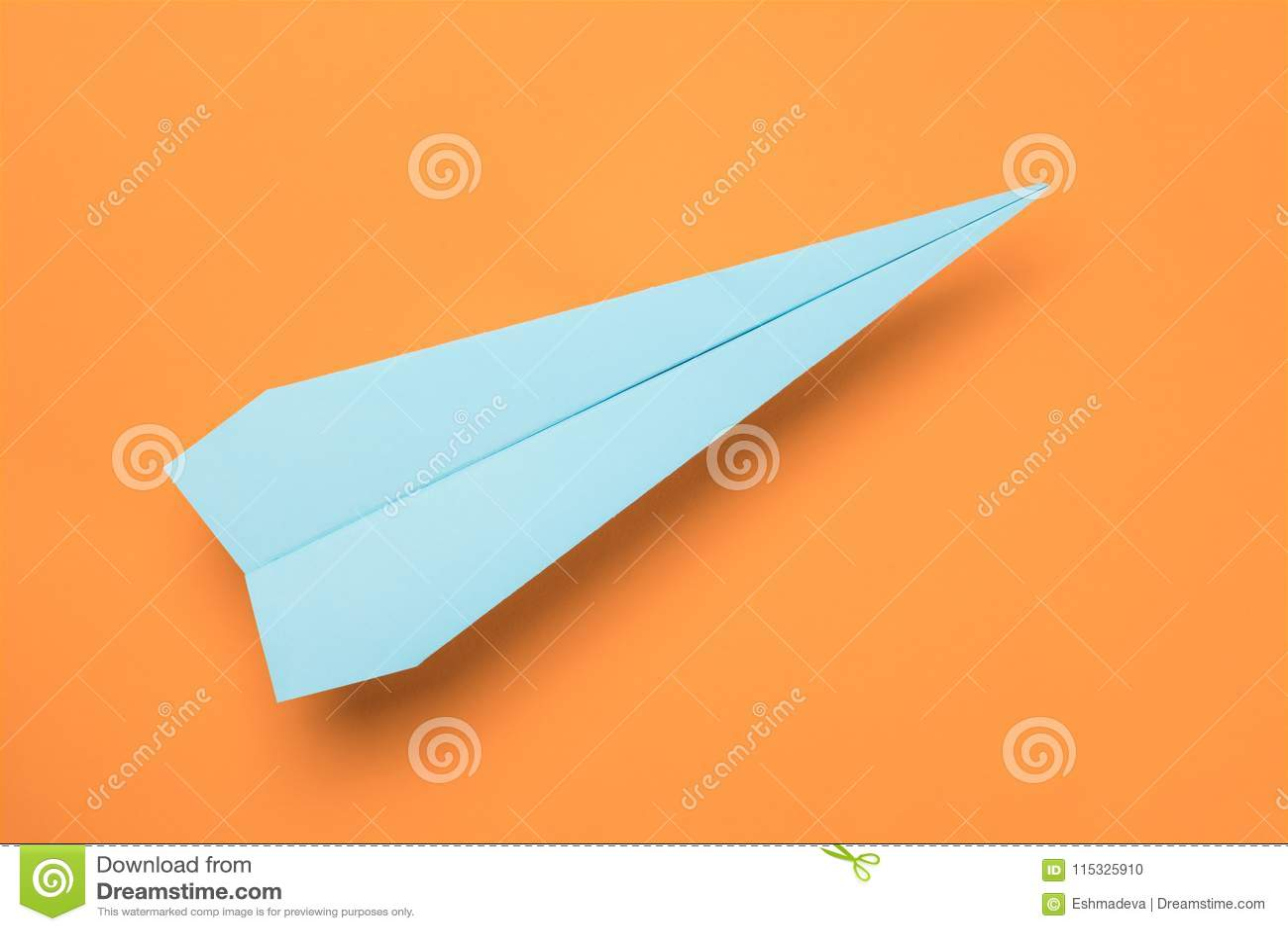 Aereo della carta blu sull arancia