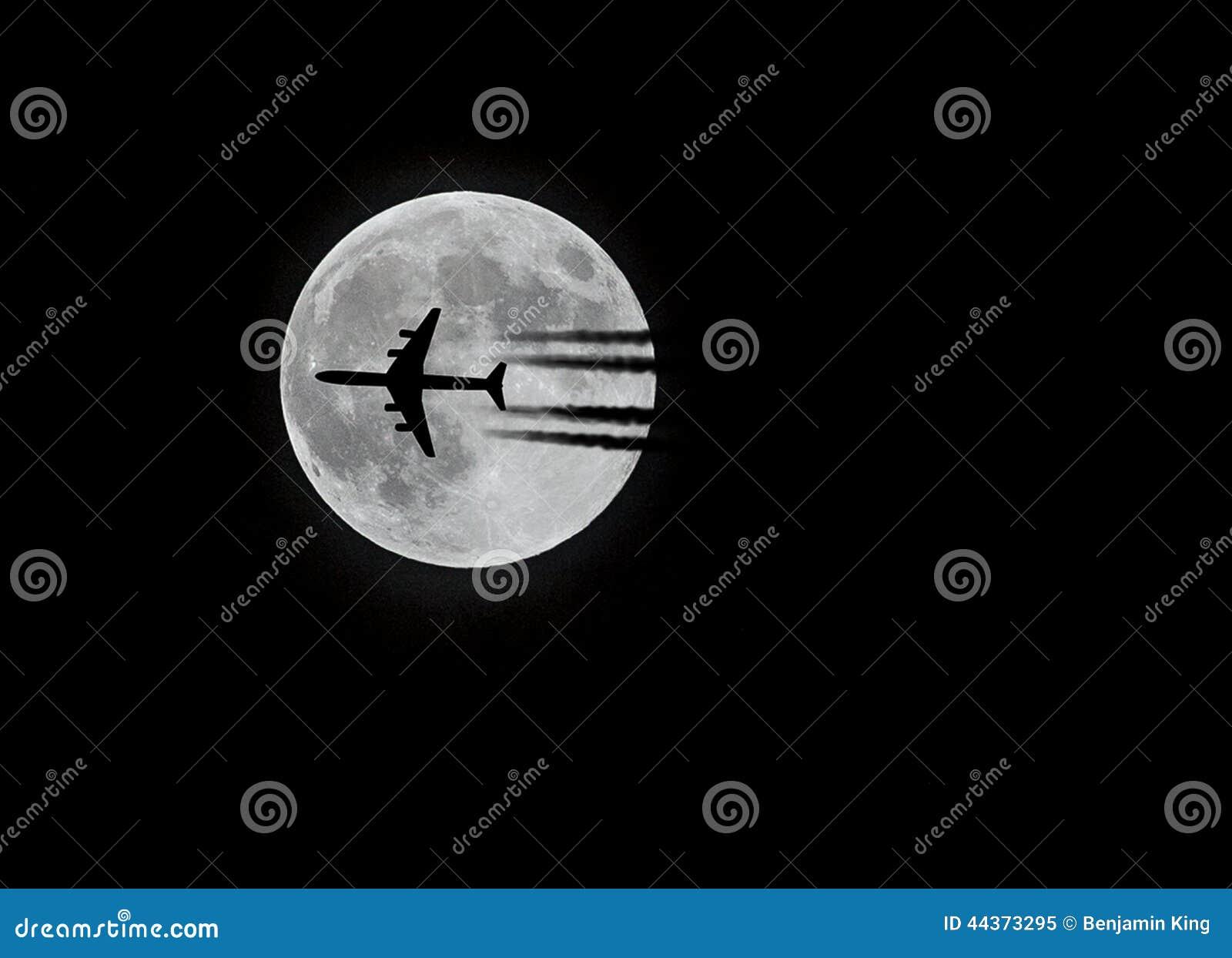 Aereo di linea commerciale e la luna