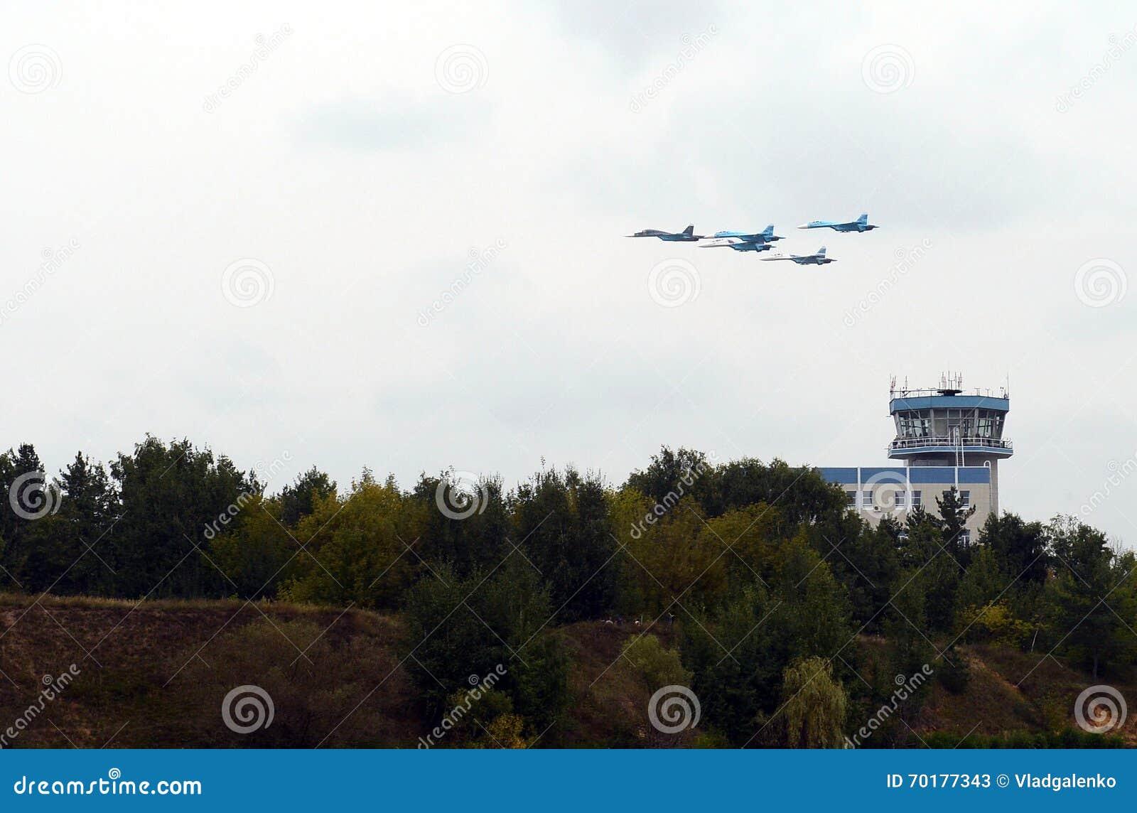 Aerobatic Falcons för lag Su-27 av Ryssland i himlen över Zhukovsky