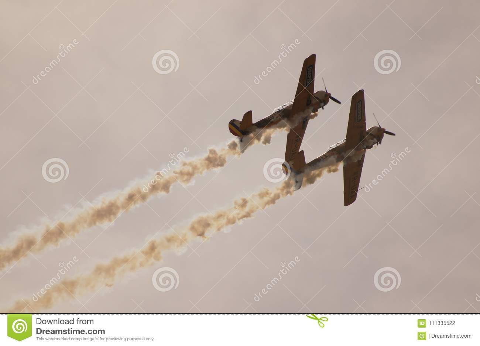 Aerobatic flygplan som två Yak-52 stiger