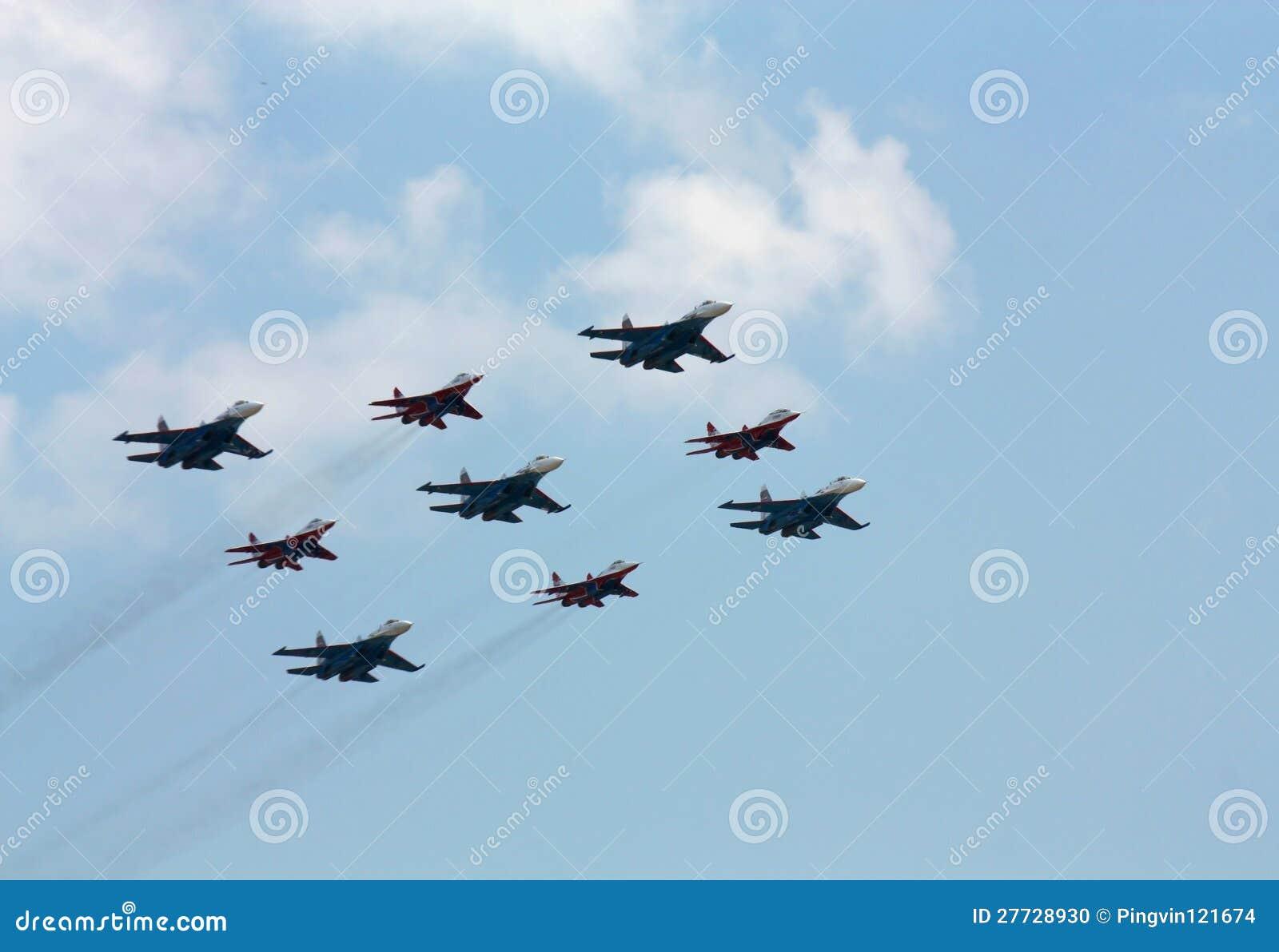 Aerobatic Gruppe auf dem Hintergrund der weißen Wolken