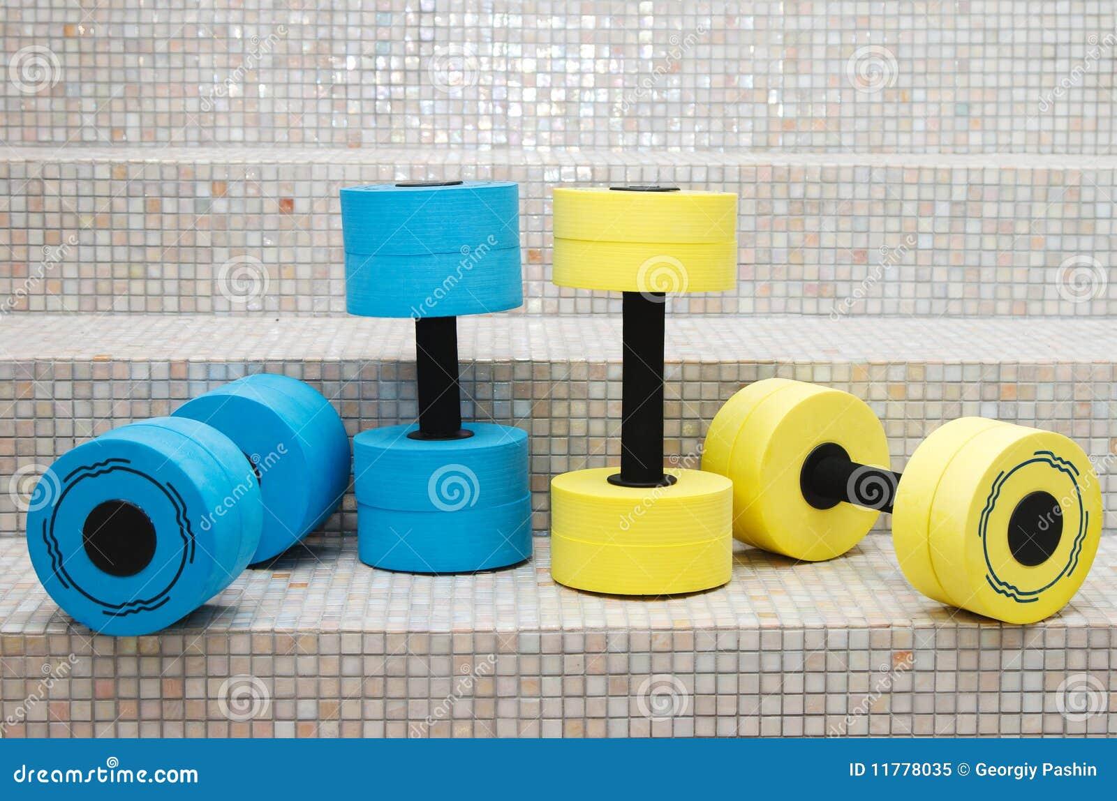 Aerobics di acqua di quattro dumbbell
