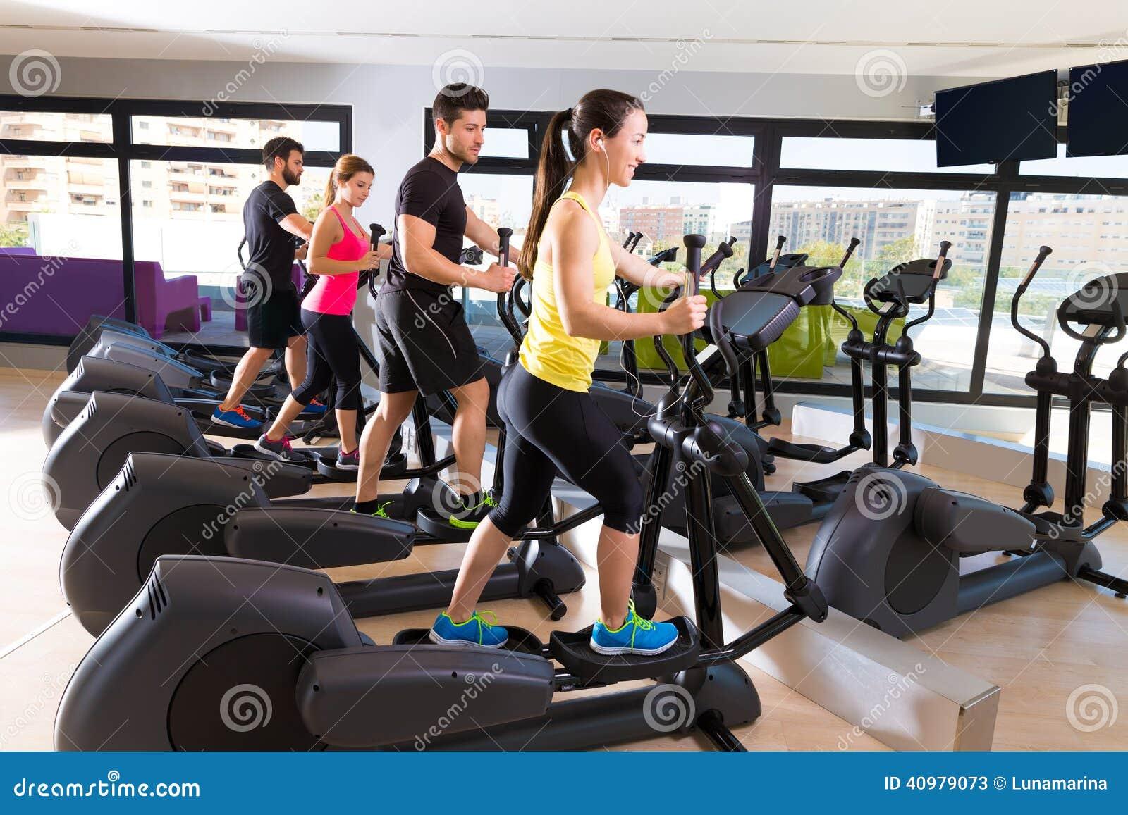 Aerobics elliptical walker trainer group at gym stock for Gimnasio fitness las rosas