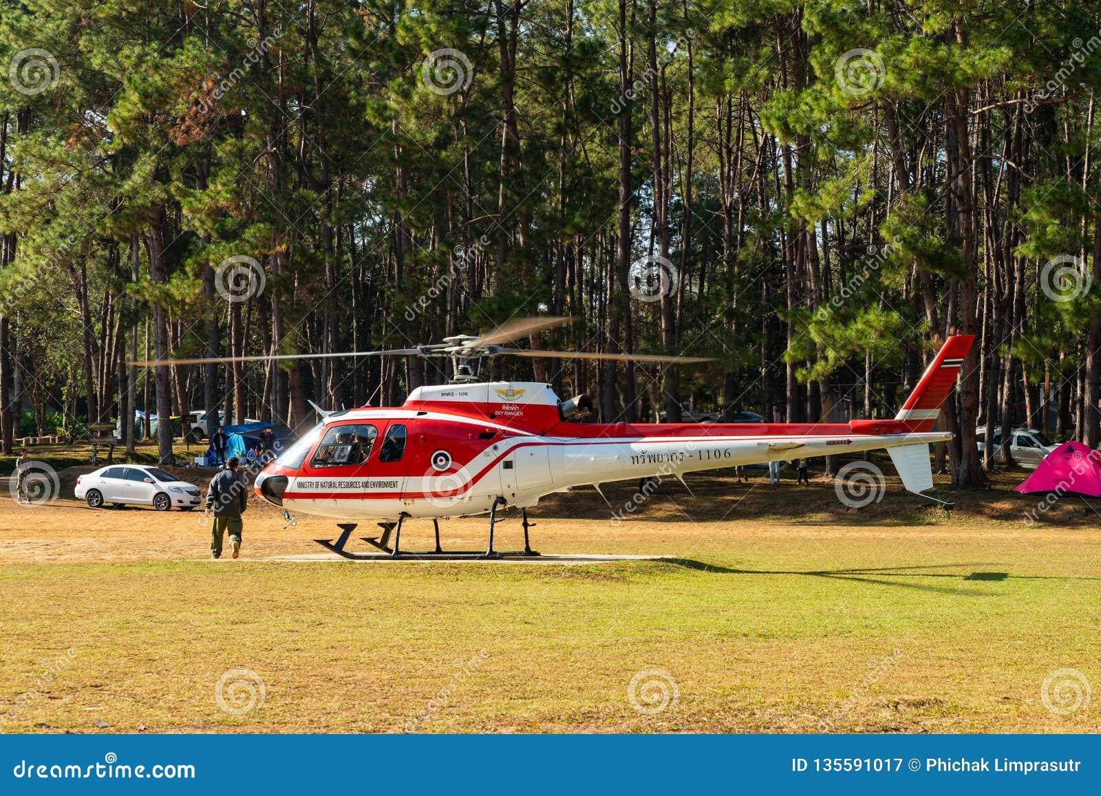 Aerobus Eurocopter AS350 helikopter gotowy zdejmować od lądowiska