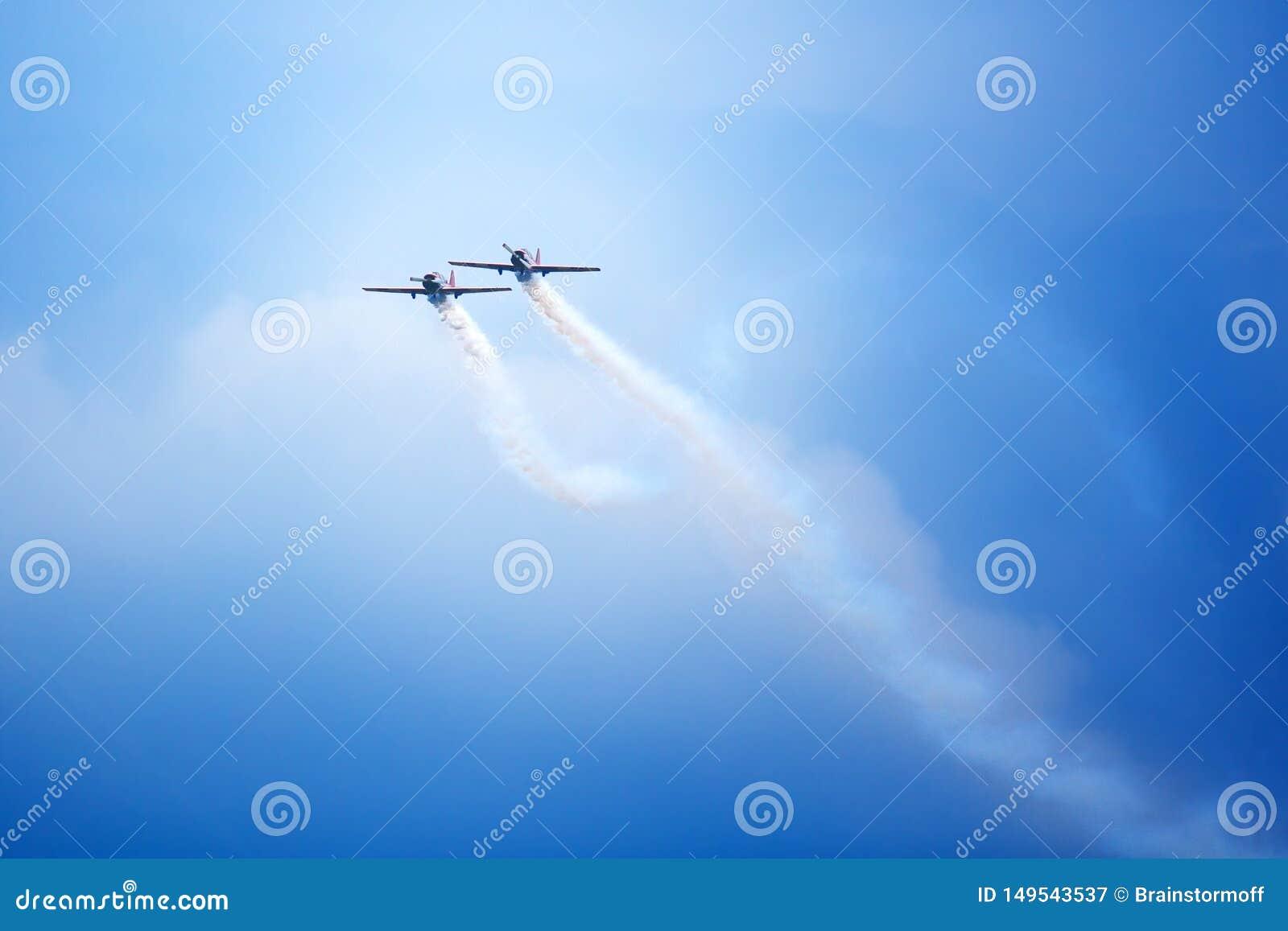 """Aerodromo di Mochishche, show aereo locale, due Yak-52 che volano insieme, gruppo acrobatici """"cielo aperto """", Barnaul"""