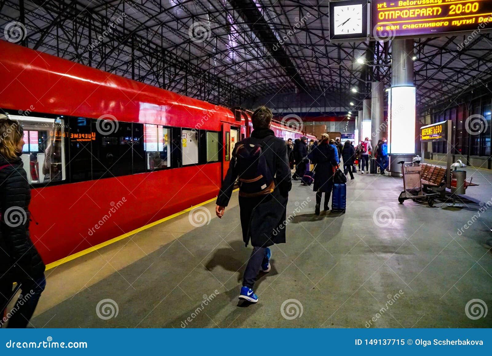Aeroexpress llega el aeropuerto de Sheremetyevo, pasajeros deja el coche