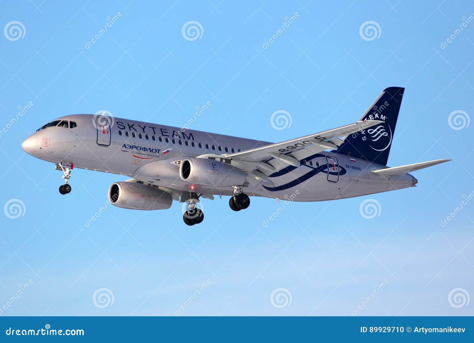 Aeroflot Sukhoi SuperJet100 na aterrissagem no aeroporto internacional de Sheremetyevo, região da libré da aliança de SkyTeam de