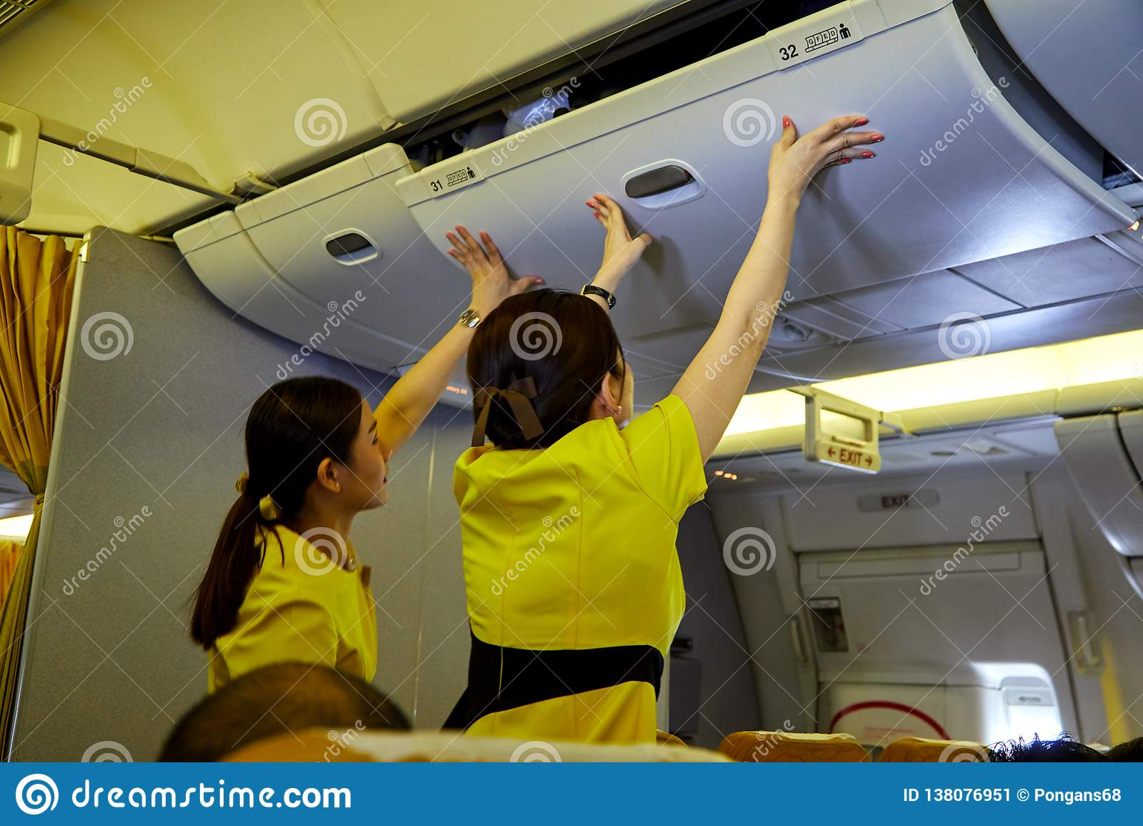 Aeromoça de ar bonita em um avião