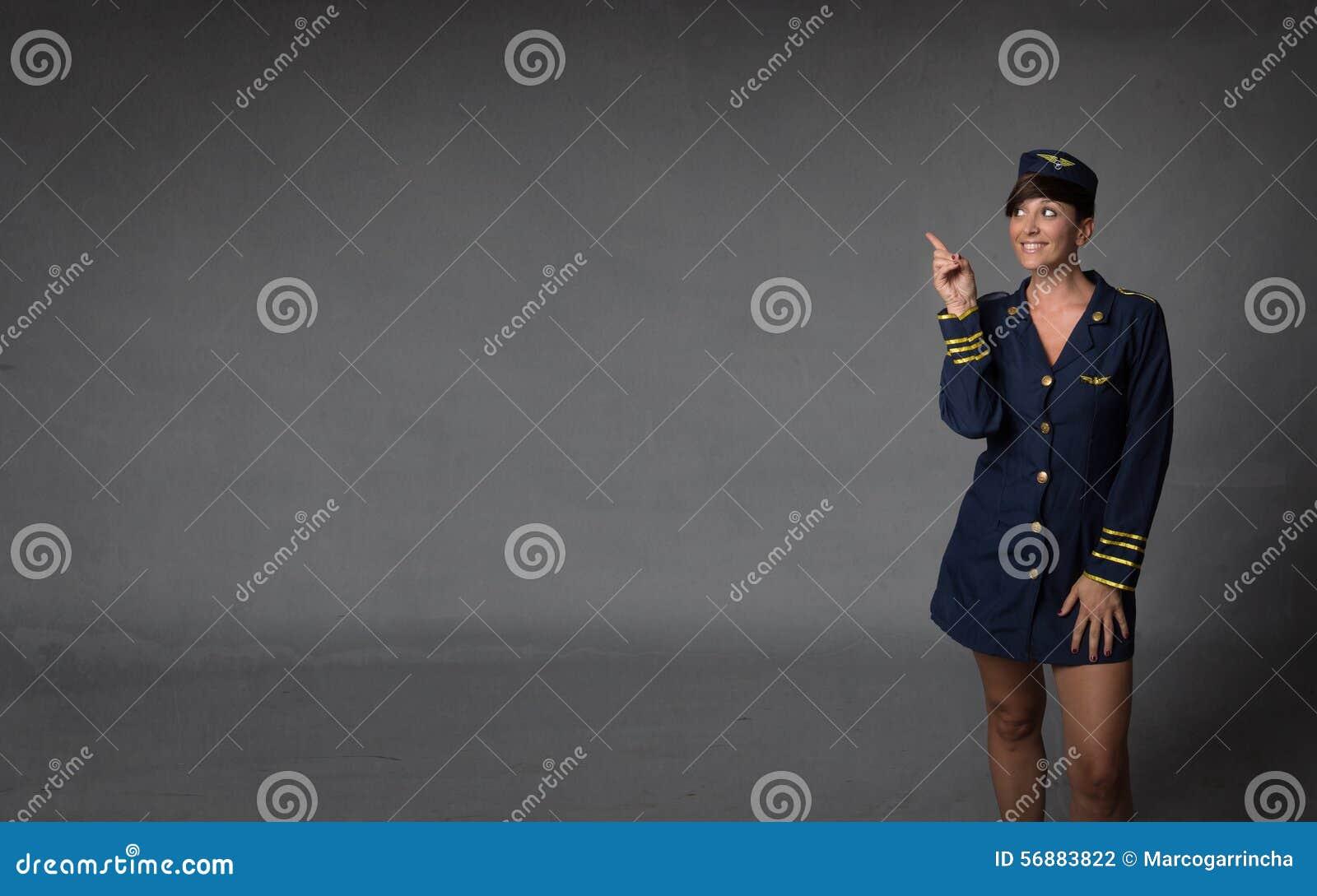 Aeromoça indicada com o dedo