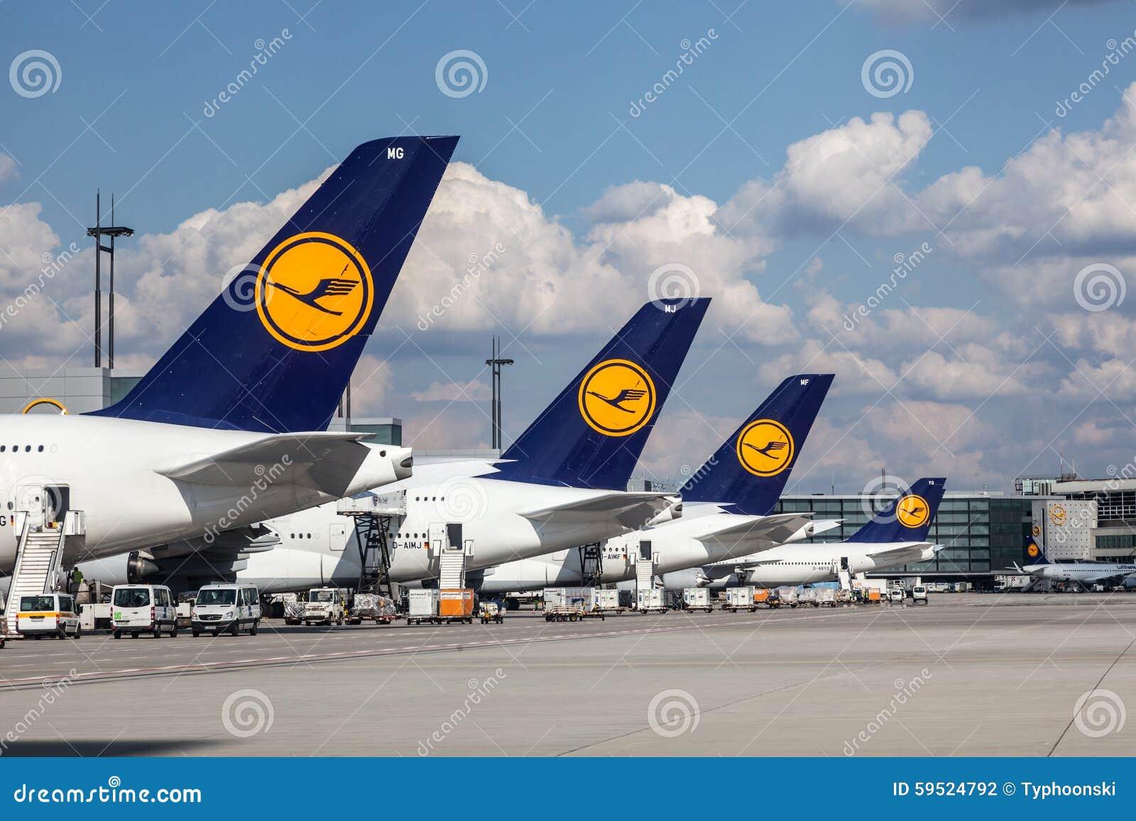 Aeroplani di Lufthansa all aeroporto di Francoforte