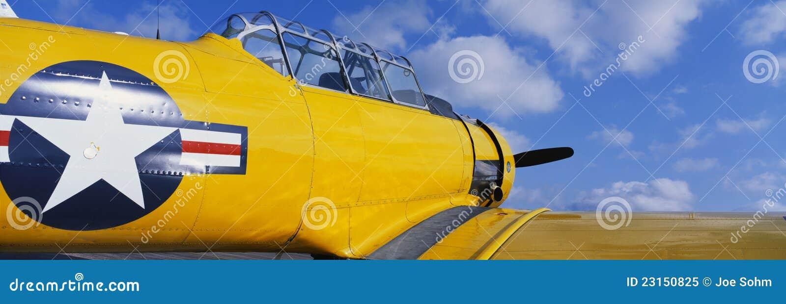 Aeroplano amarillo de la Segunda Guerra Mundial de la vendimia