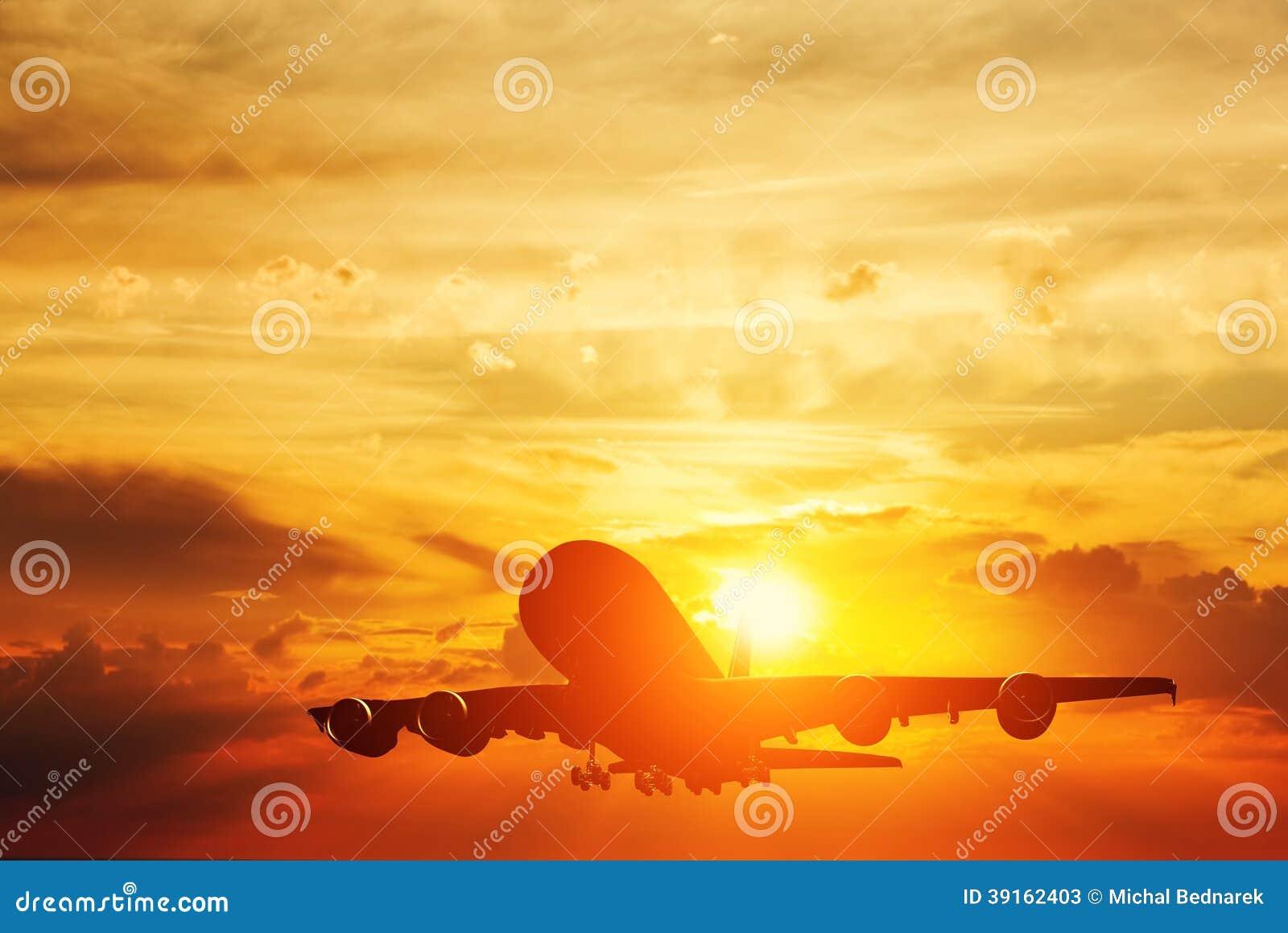 Aeroplano che decolla al tramonto