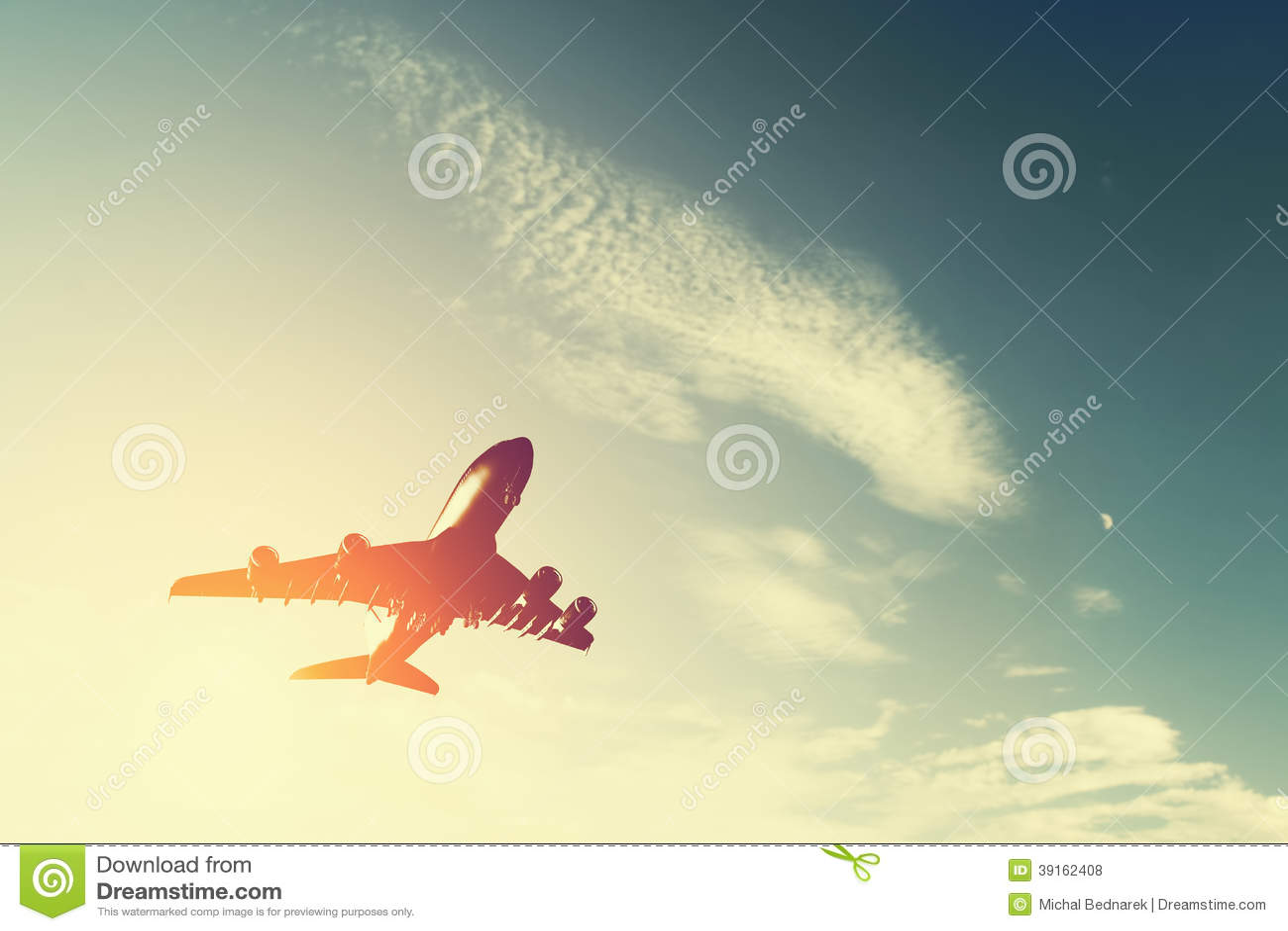 Aeroplano che decolla al tramonto.
