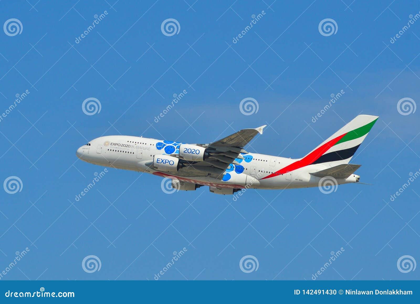 Aeroplano che decolla dall aeroporto del Dubai