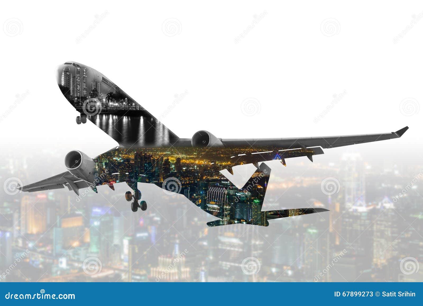 Aeroplano comercial de la exposición doble con backgrou del paisaje urbano de la falta de definición