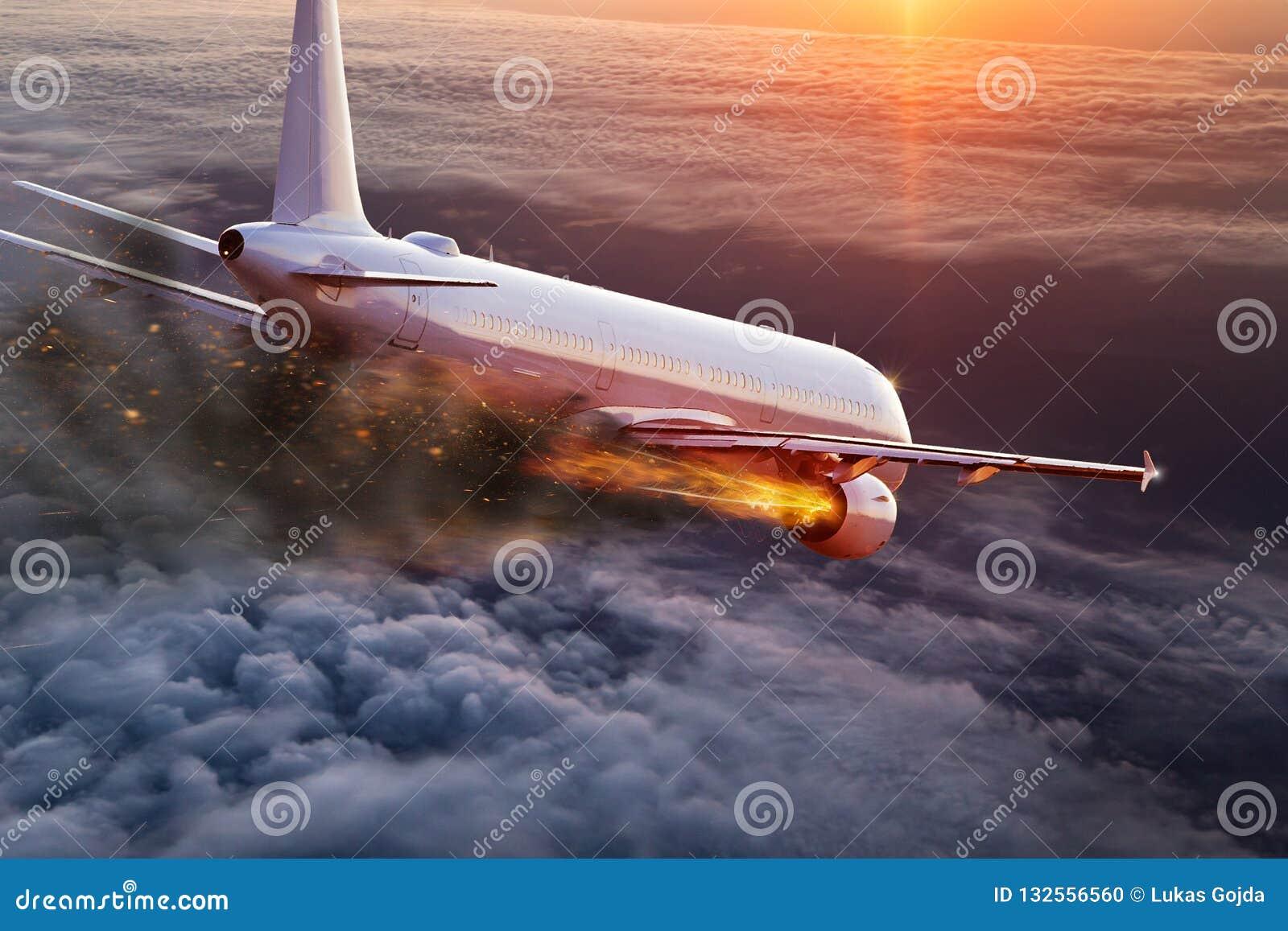 Aeroplano con el motor en el fuego, concepto de desastre aéreo