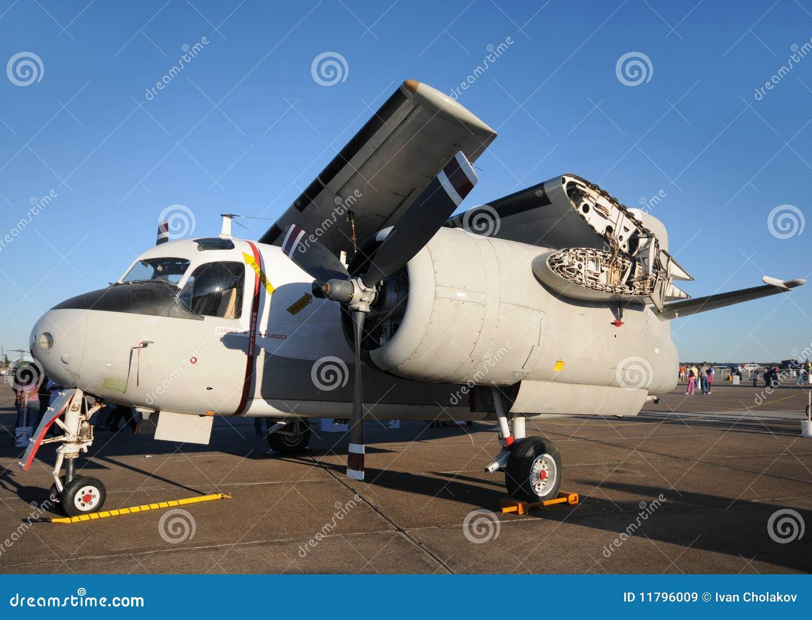 Aeroplano de la marina con las alas plegables