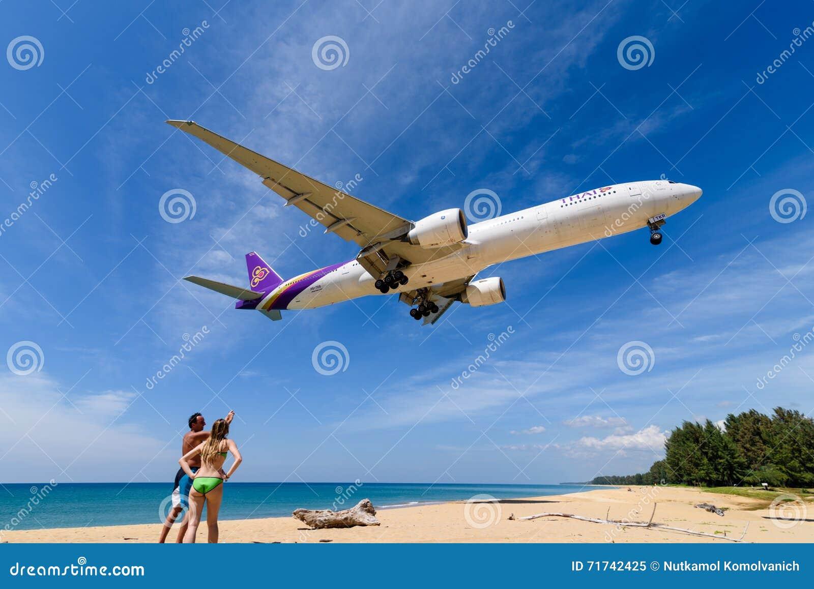 Aeroplano de Thai Airways, Boeing 777, aterrizando en el aeropuerto de phuket