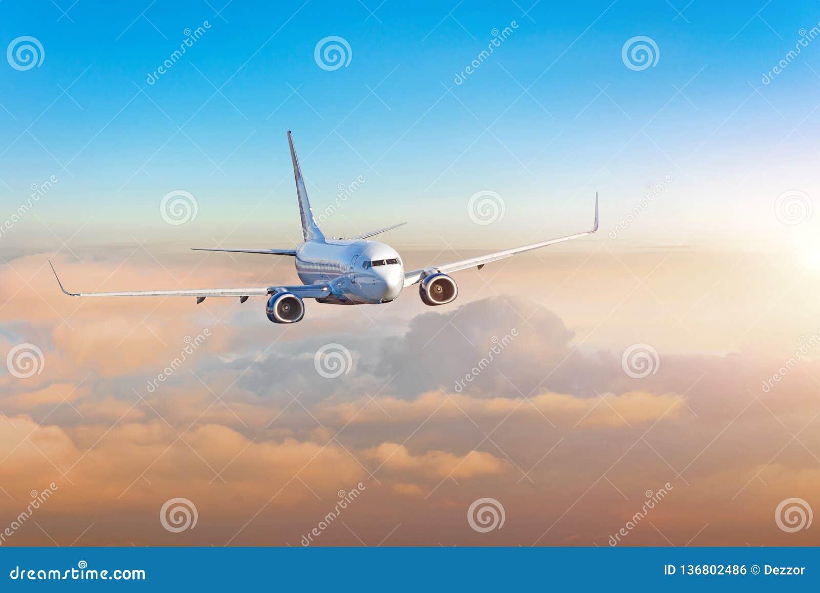 Aeroplano del pasajero, viaje de negocios, concepto del viaje Puesta del sol colorida de la tarde que vuela
