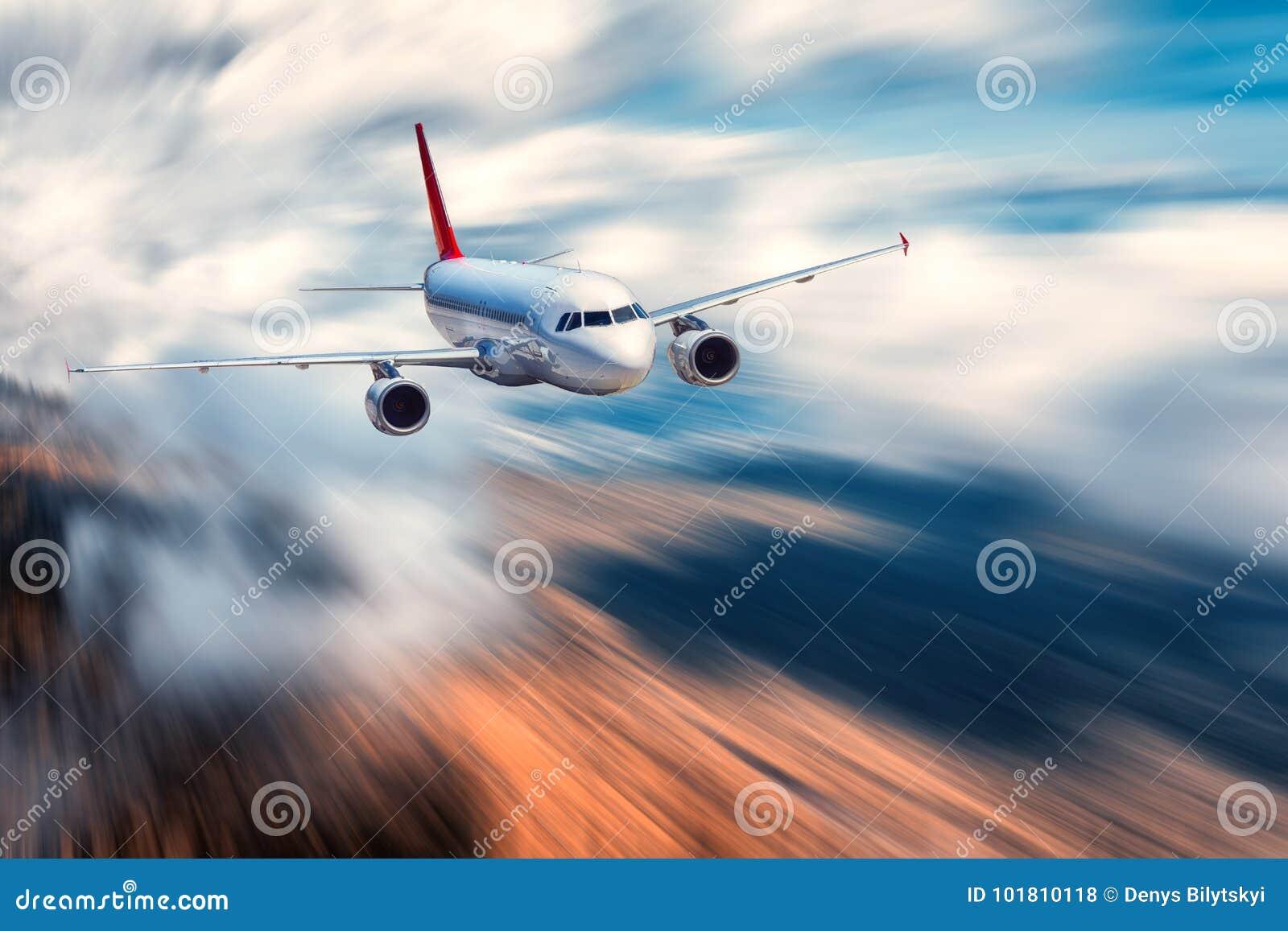 Aeroplano del pasajero del vuelo y fondo borroso