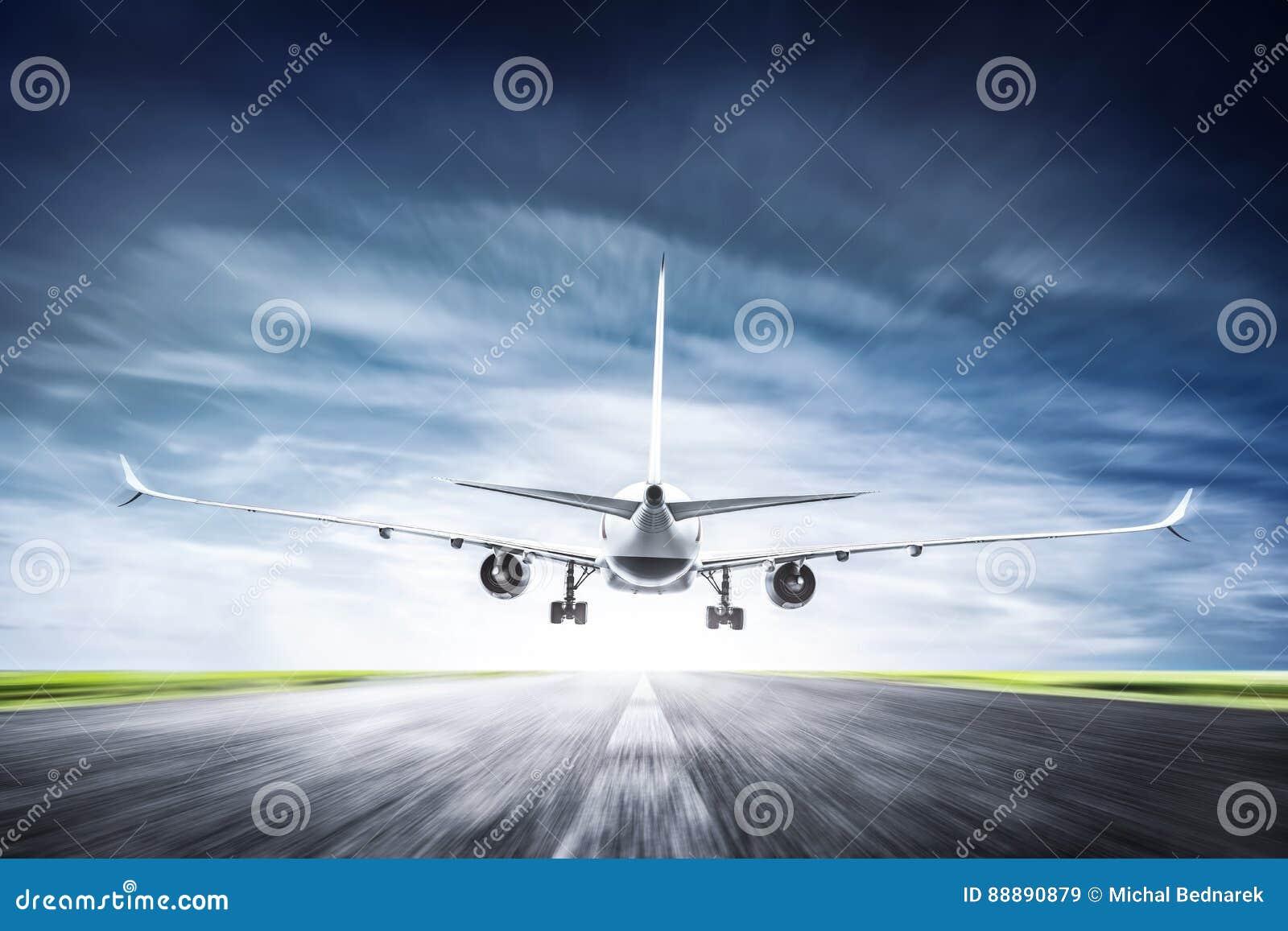 Aeroplano del passeggero che decolla sulla pista