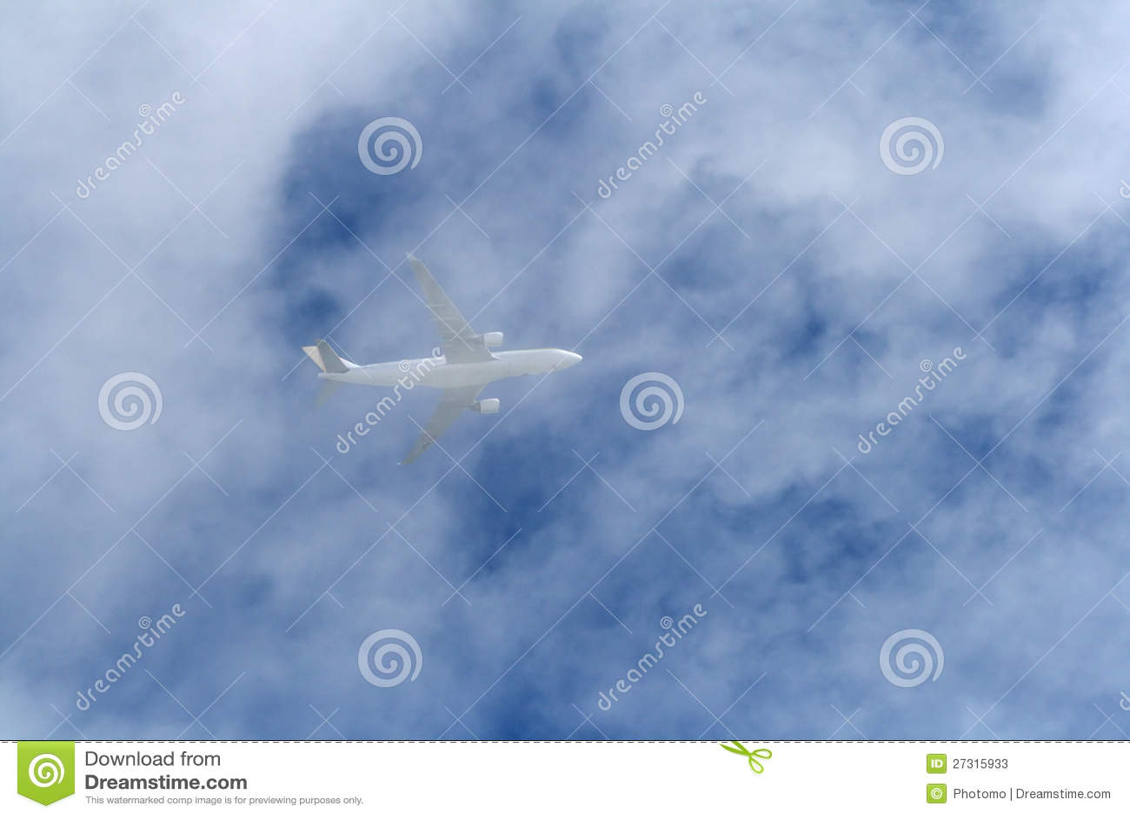 Aeroplano en nubes