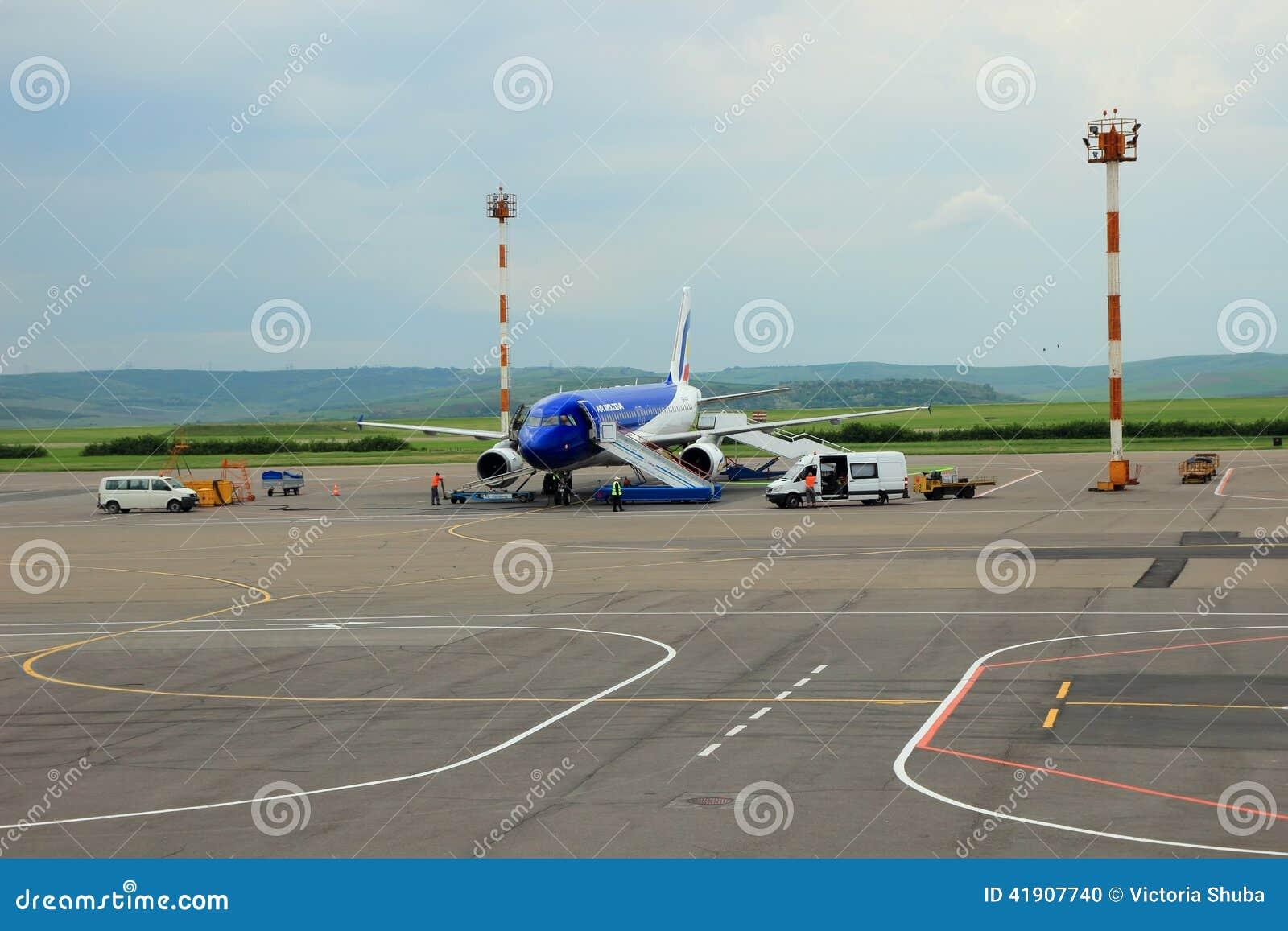 Aeroplano que se prepara al vuelo, Chisinau, el Moldavia, el 21 de mayo de 2014