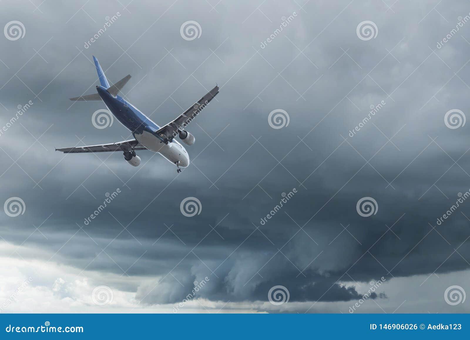 Aeroplano sobre las nubes