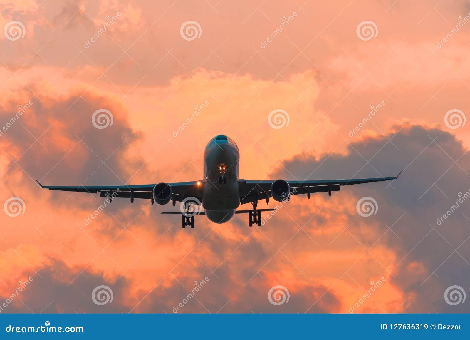 Aeroporto comercial da pista de decolagem do voo do avião acima das nuvens dramáticas
