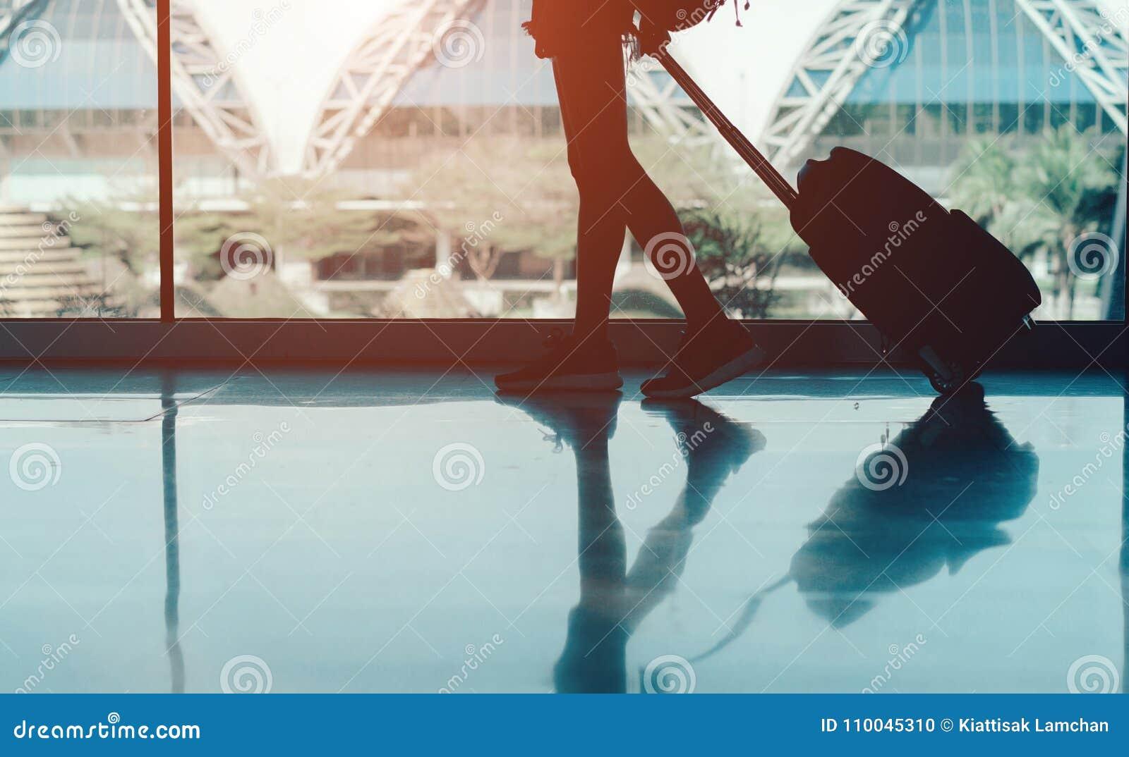 Aeroporto da mulher com conceito da mala de viagem