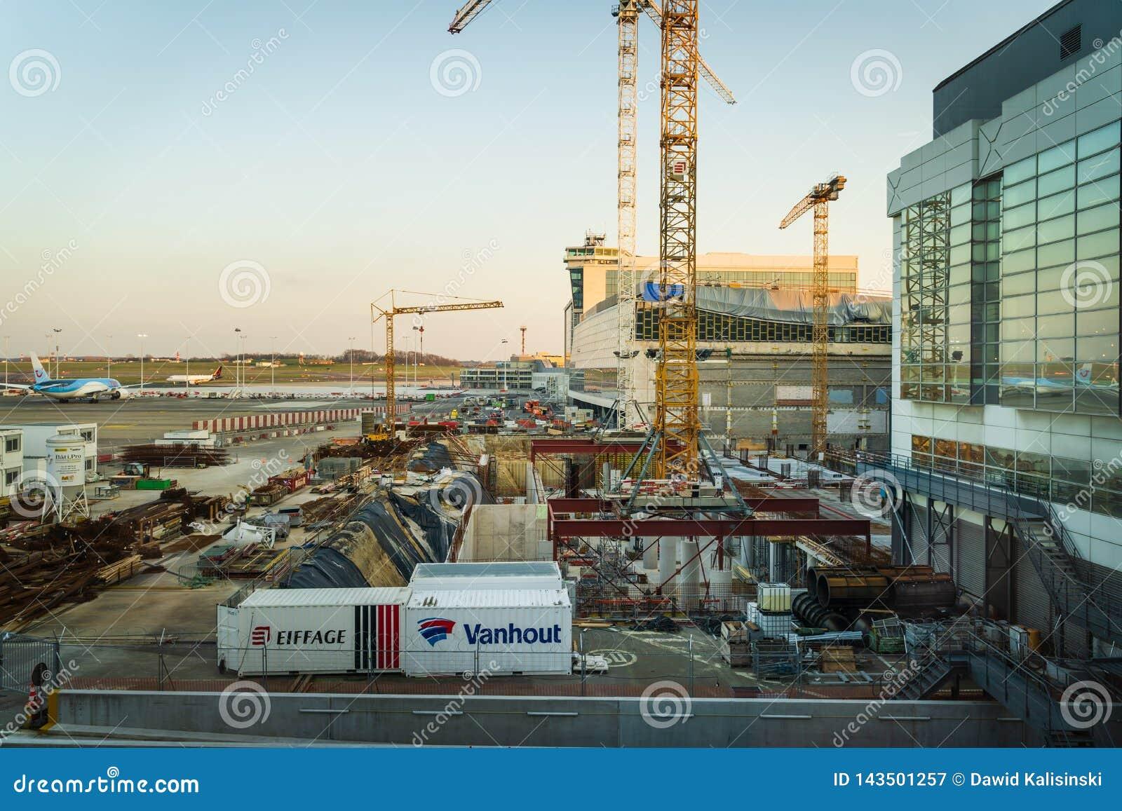 Aeroporto de Bruxelas, Bélgica, em março de 2019 Bruxelas, área da construção para a extensão do aeroporto