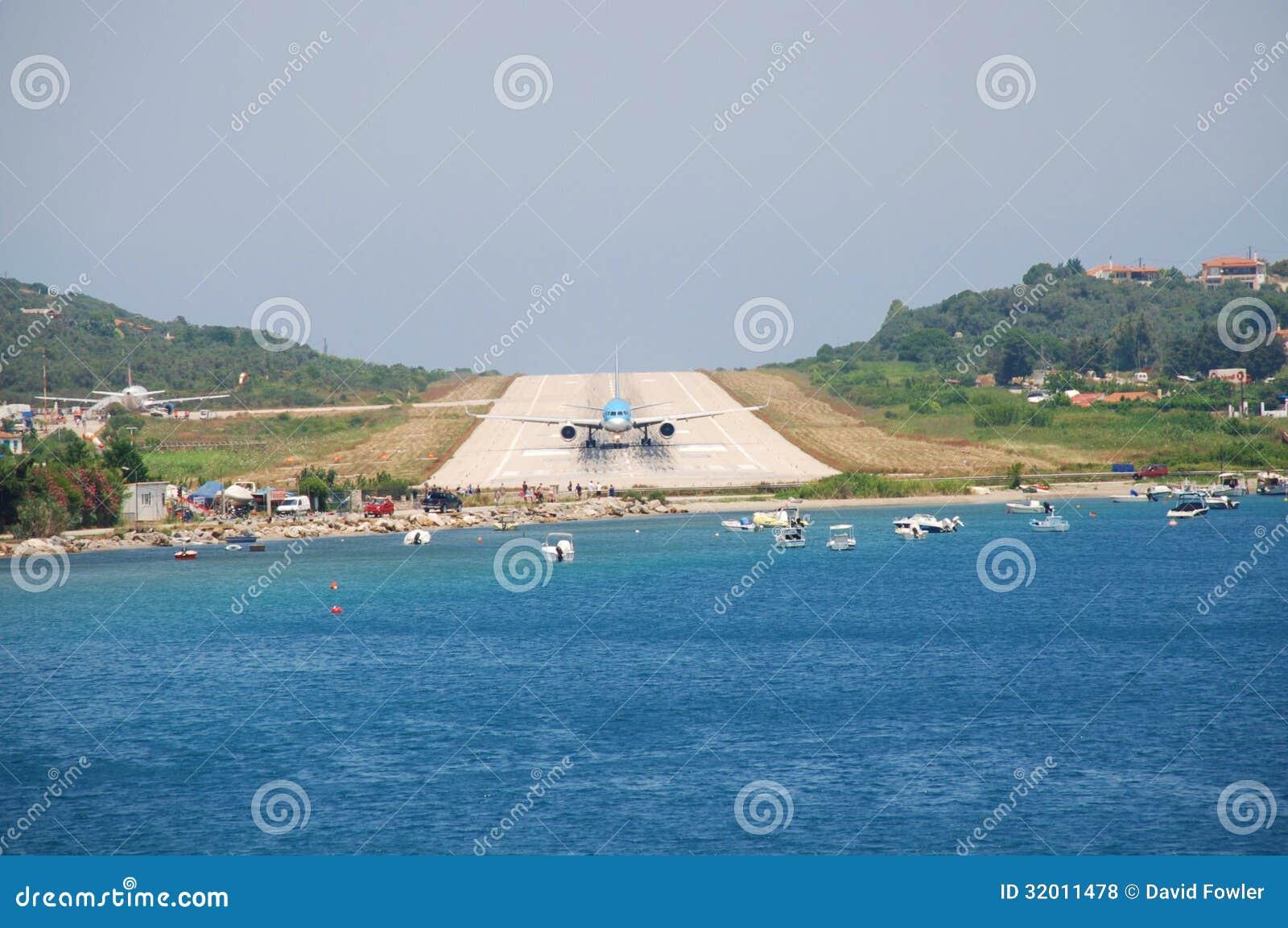 Aeroporto Skiathos : Aeroporto di skiathos grecia fotografia stock editoriale