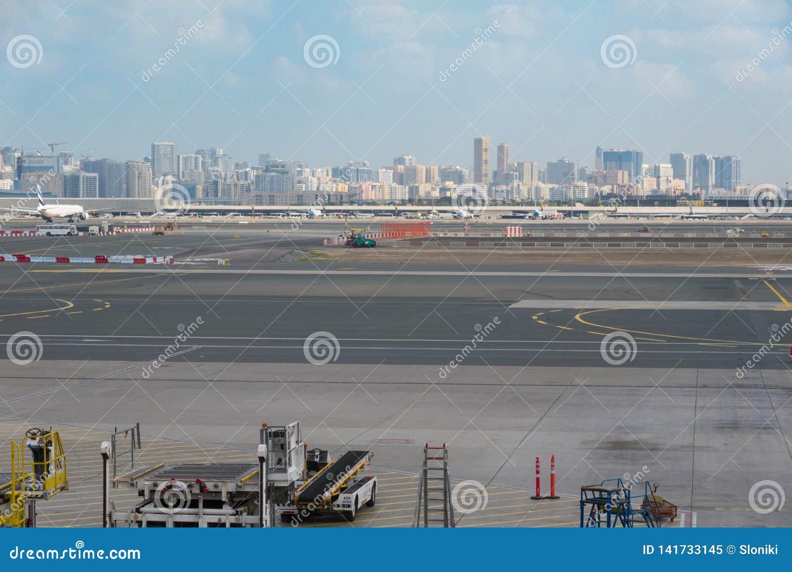 Aeroporto fora da cena da janela, esperando o voo