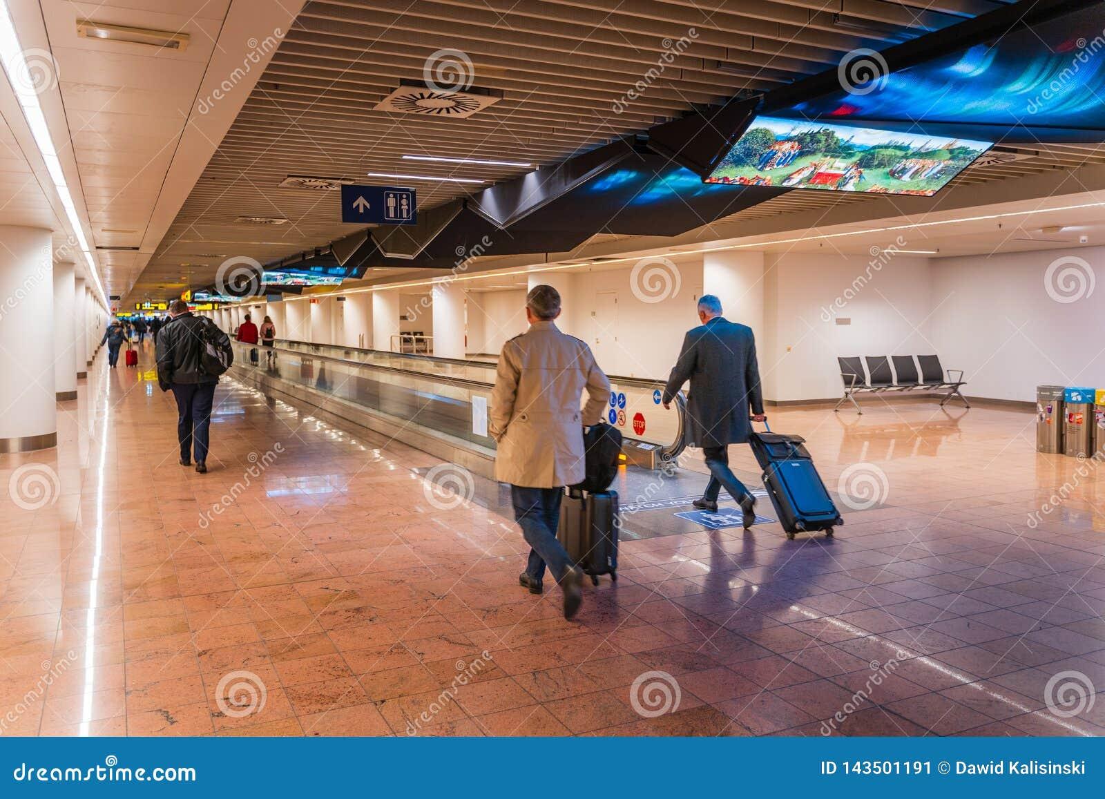 Aeropuerto de Bruselas, Bélgica, marzo de 2019 Bruselas, gente en pasillo largo en área de la llegada