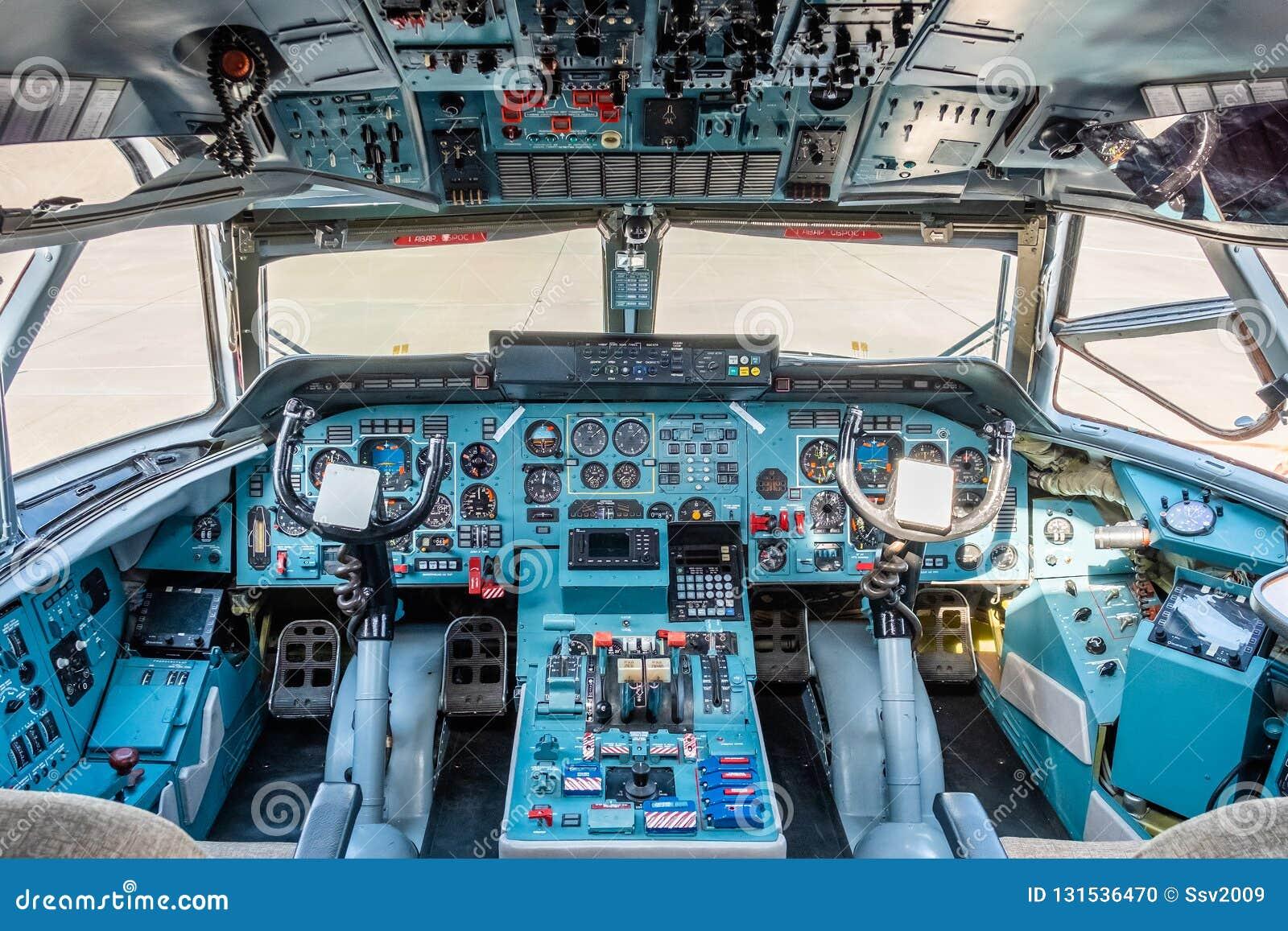Aeropuerto de Chkalovski, región de Moscú, Rusia - 12 de agosto de 2018: Descripción en la carlinga de piloto de los aviones mili