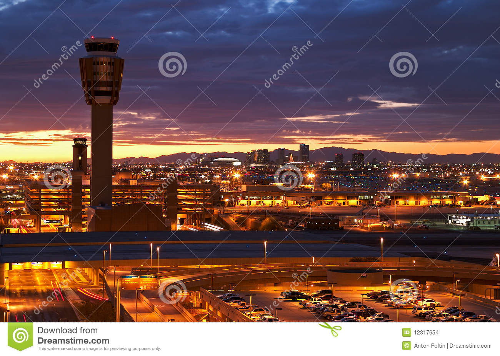 Aeropuerto en la puesta del sol