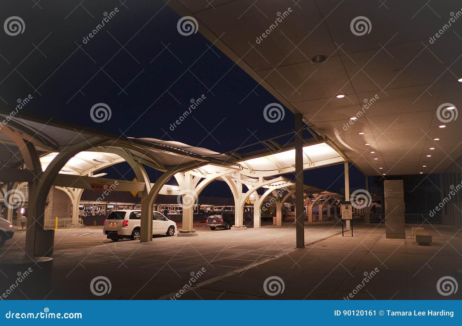 Aeropuerto internacional de Tulsa exterior en la noche