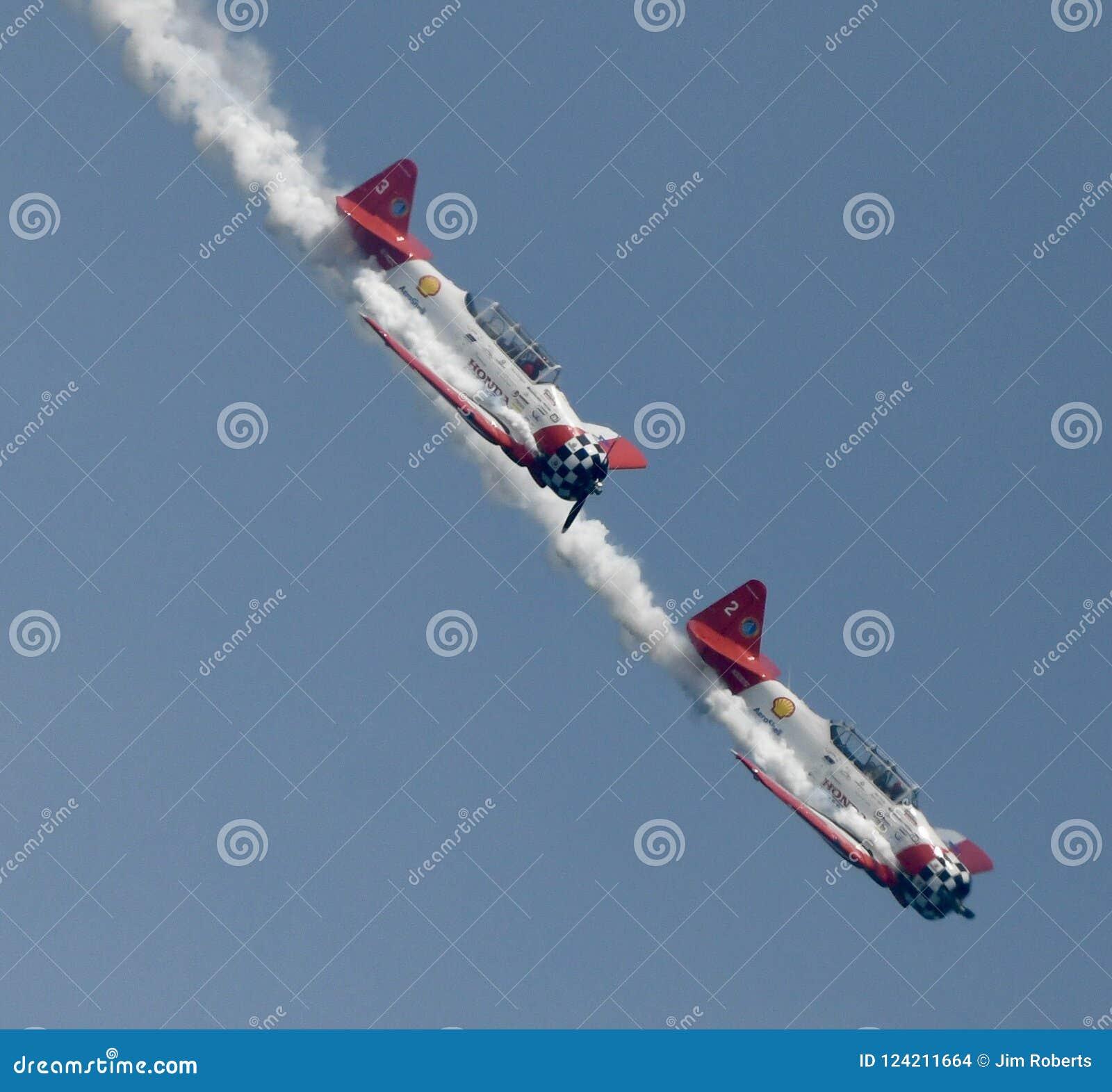 Aeroshell Aerobatic Team Planes Pulling Out av en dyk