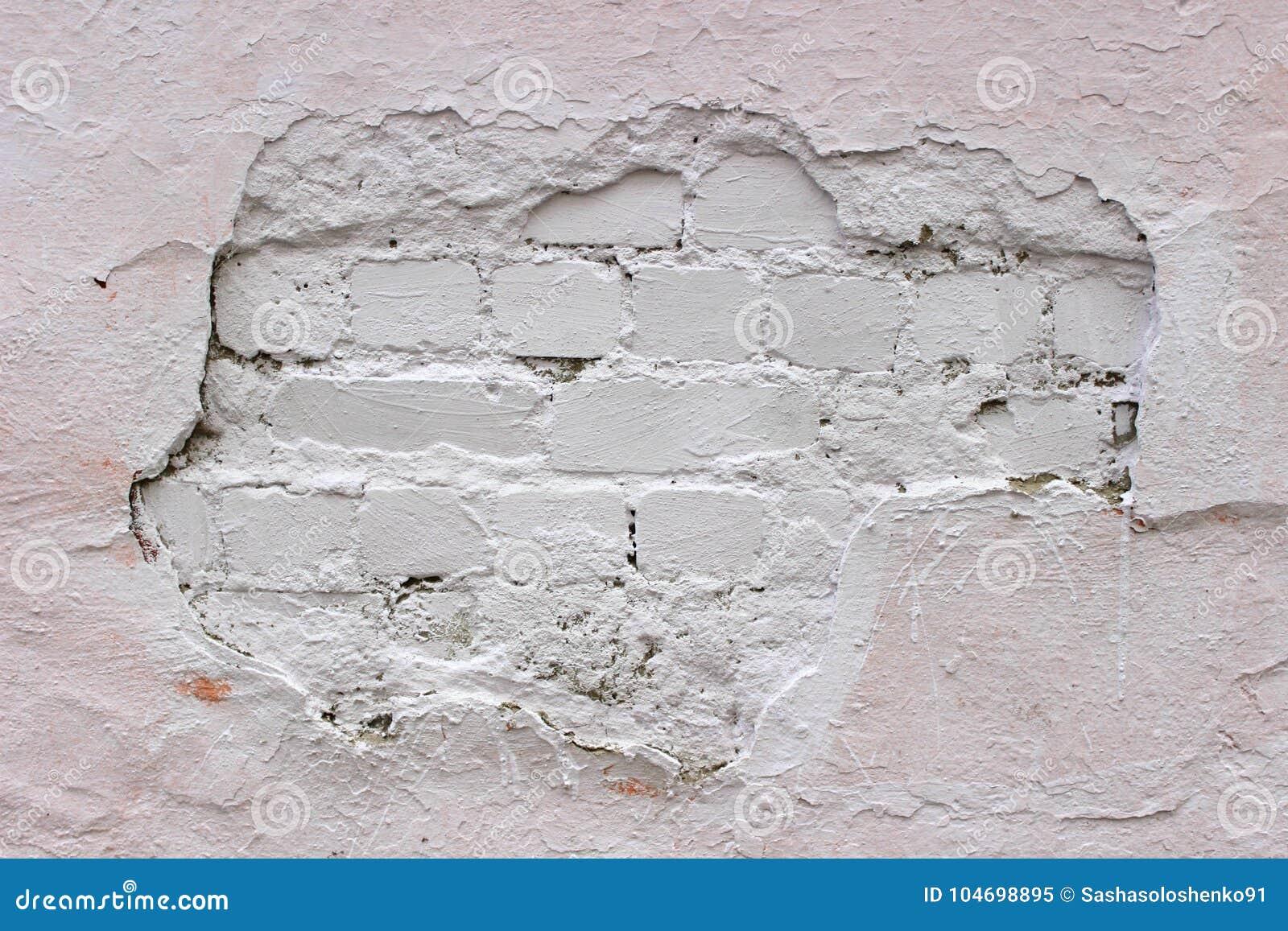 Stenen Muur Wit : Afbrokkelende bakstenen muur wit die pleister met verf wordt