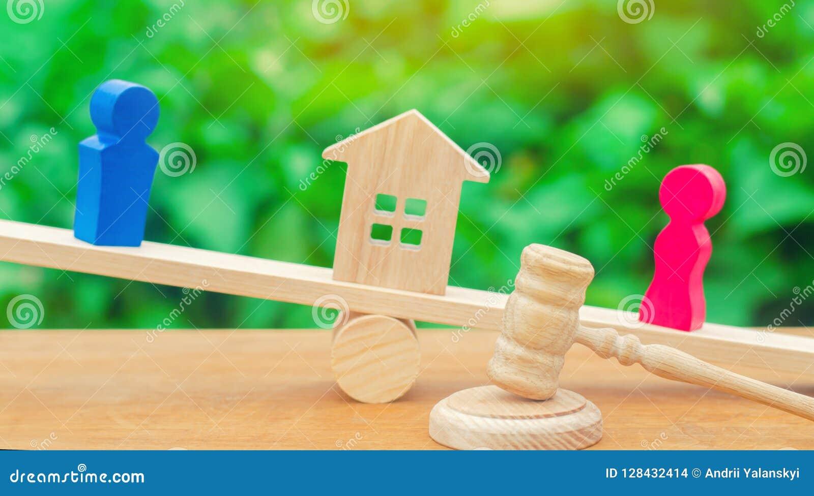Afdeling van bezit met wettelijke middelen Verduidelijking van eigendom van het huis Houten cijfers van mensen De man en de vrouw