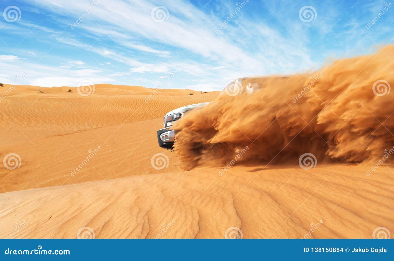 Afdrijvende offroad auto 4x4 in woestijn